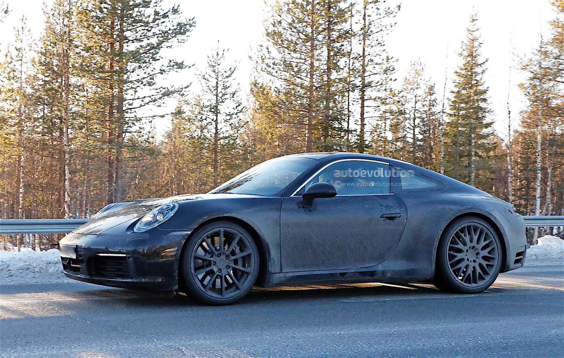 spy-photos-porsche-911-992-poses-with-the-spoiler-down-1-and-2-of-12_4