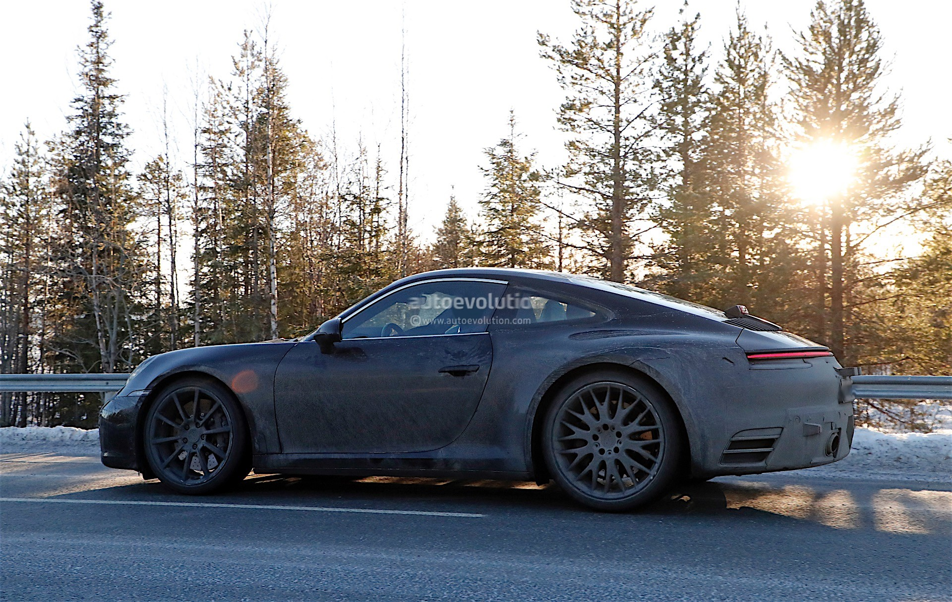 spy-photos-porsche-911-992-poses-with-the-spoiler-down-1-and-2-of-12_6