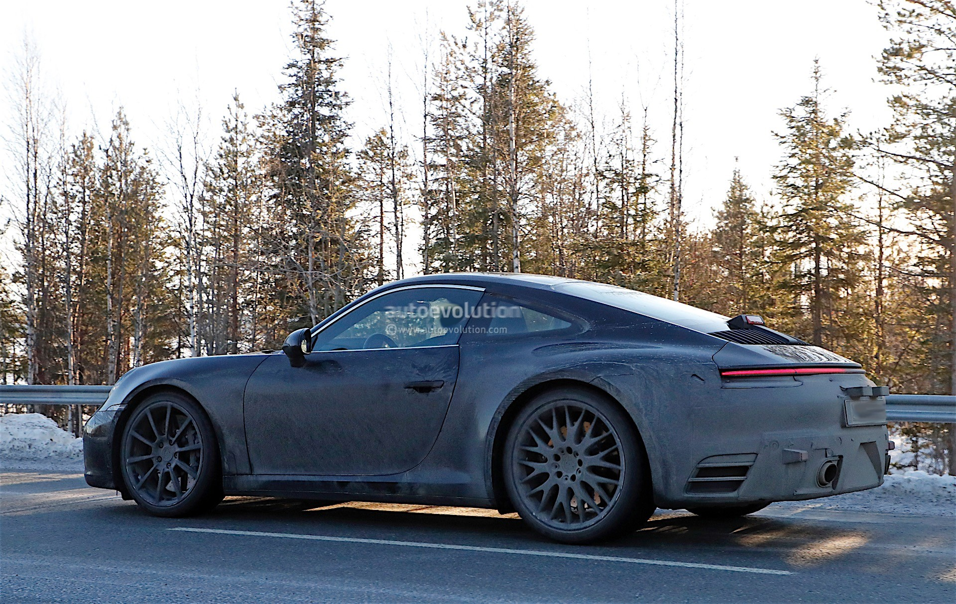 spy-photos-porsche-911-992-poses-with-the-spoiler-down-1-and-2-of-12_7