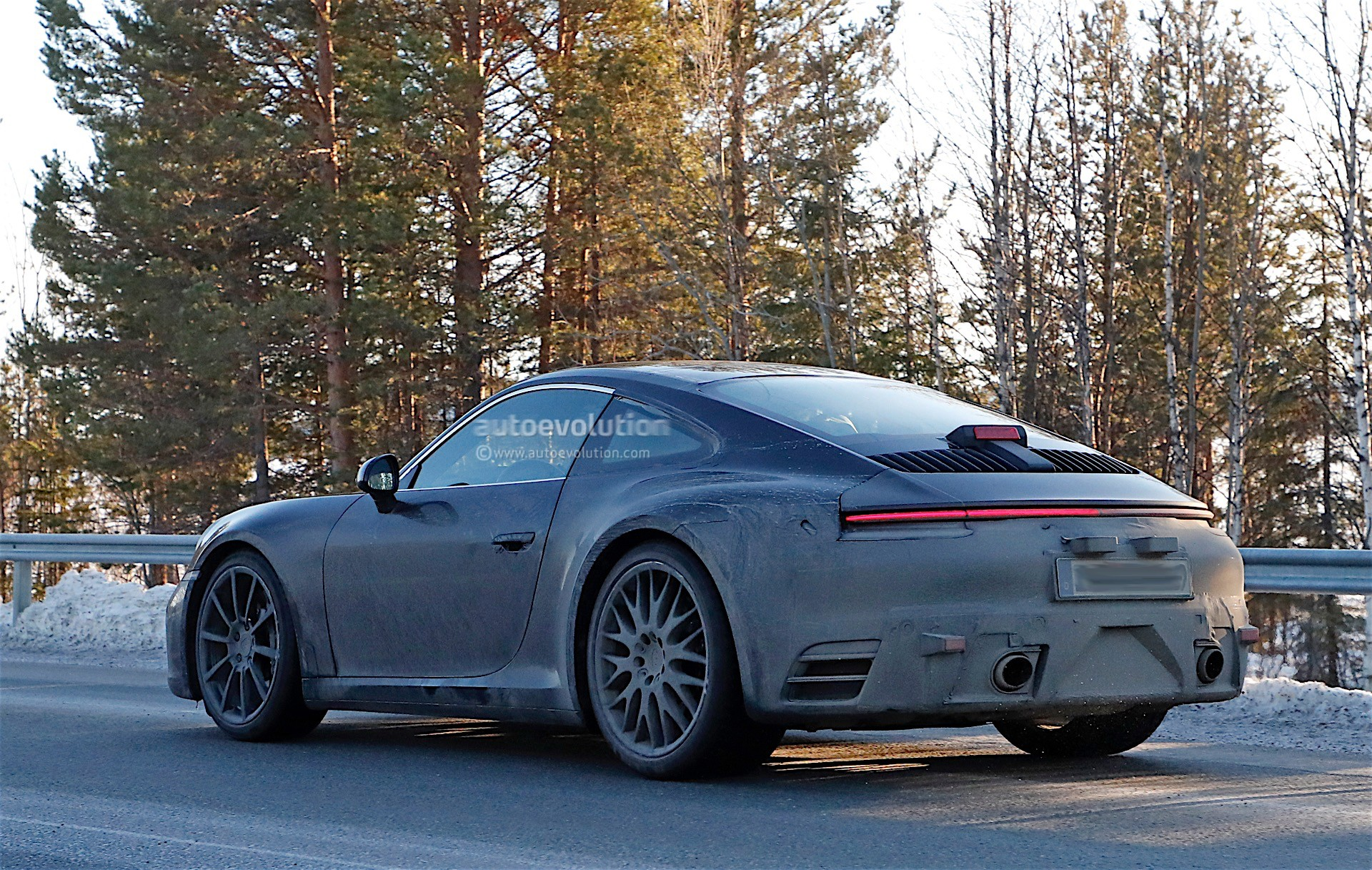 spy-photos-porsche-911-992-poses-with-the-spoiler-down-1-and-2-of-12_9