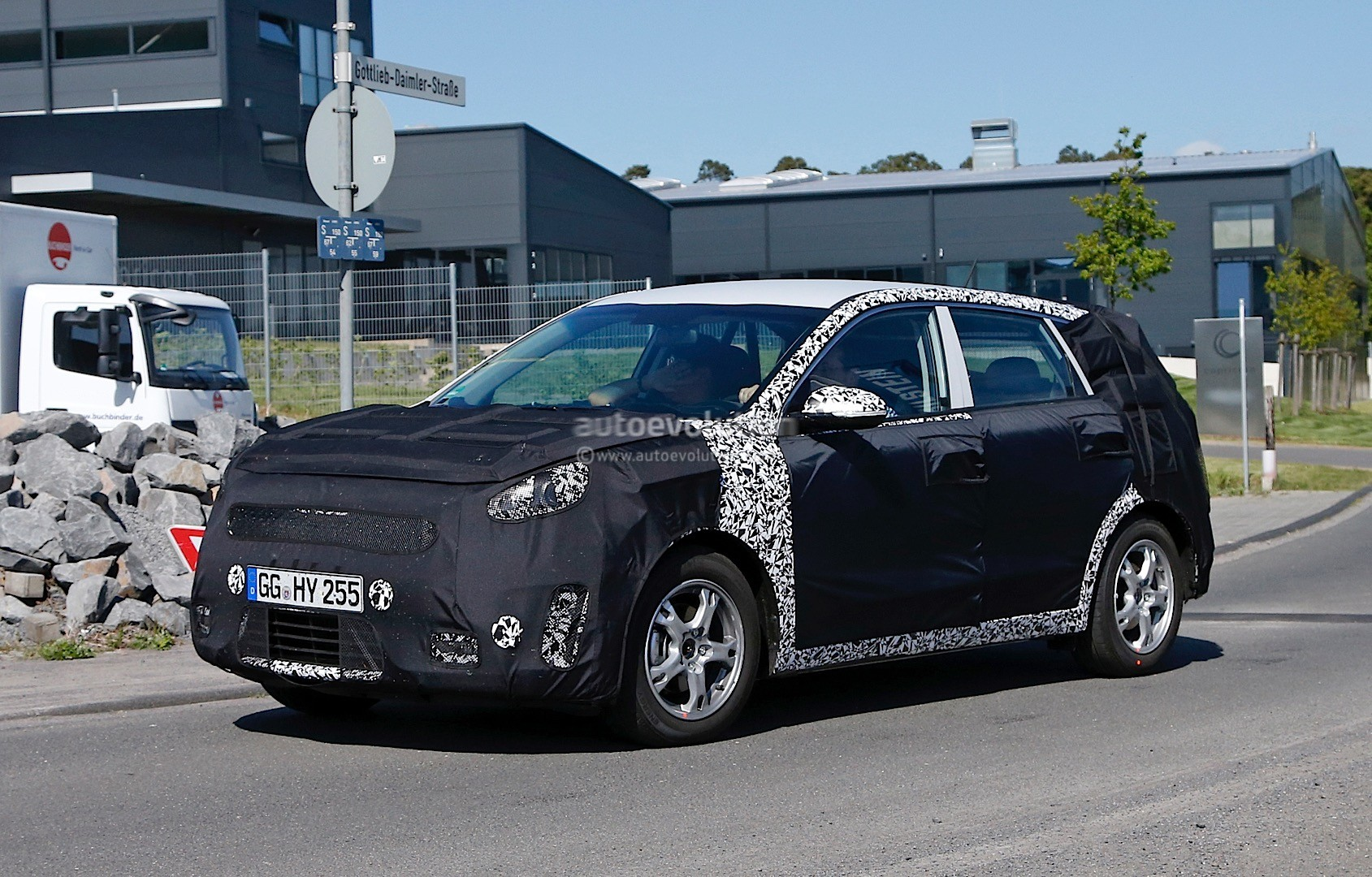 spy video 2016 kia niro hybrid suv testing at nurburgring. Black Bedroom Furniture Sets. Home Design Ideas