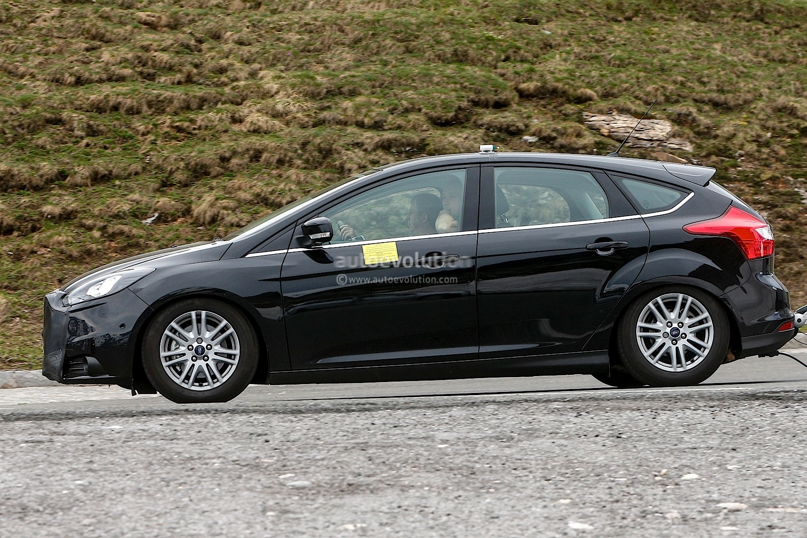 spyshots 2014 ford focus facelift autoevolution. Black Bedroom Furniture Sets. Home Design Ideas