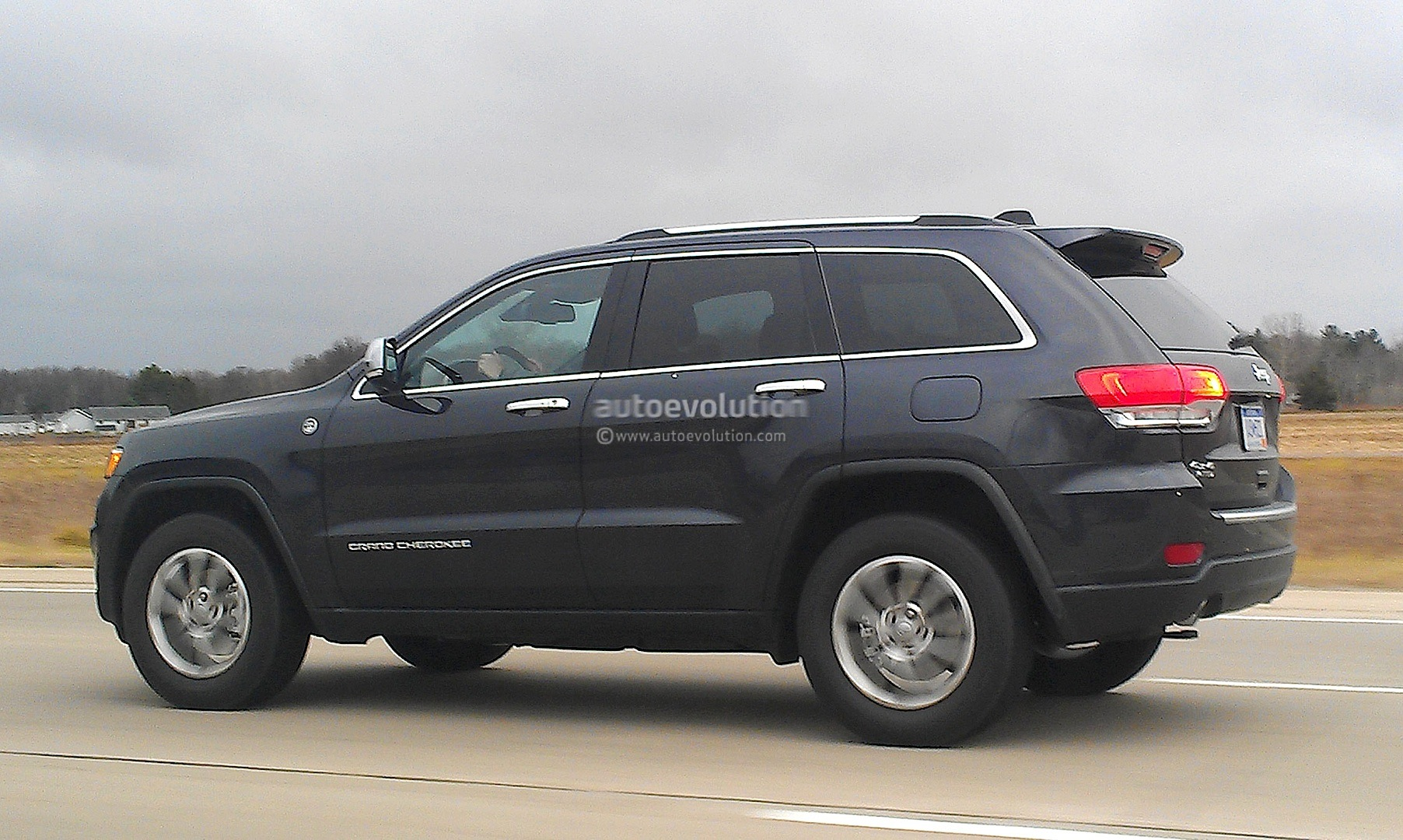 Spyshots: 2014 Jeep Grand Cherokee Facelift Loses Almost All Camo