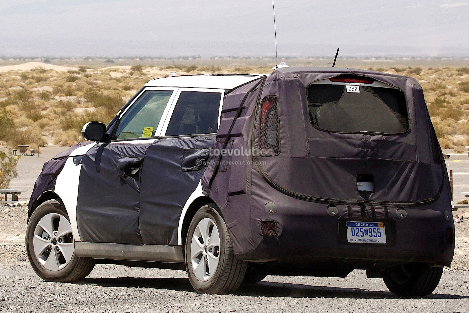 spyshots 2014 kia soul ev charging up autoevolution. Black Bedroom Furniture Sets. Home Design Ideas
