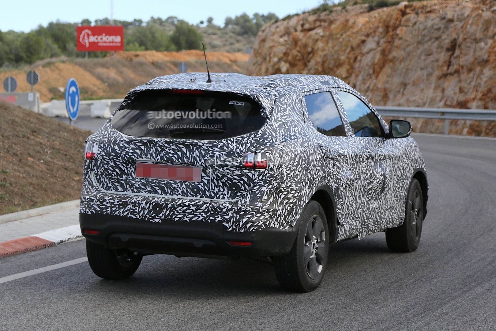 spyshots 2014 nissan qashqai spied a day before debut autoevolution. Black Bedroom Furniture Sets. Home Design Ideas