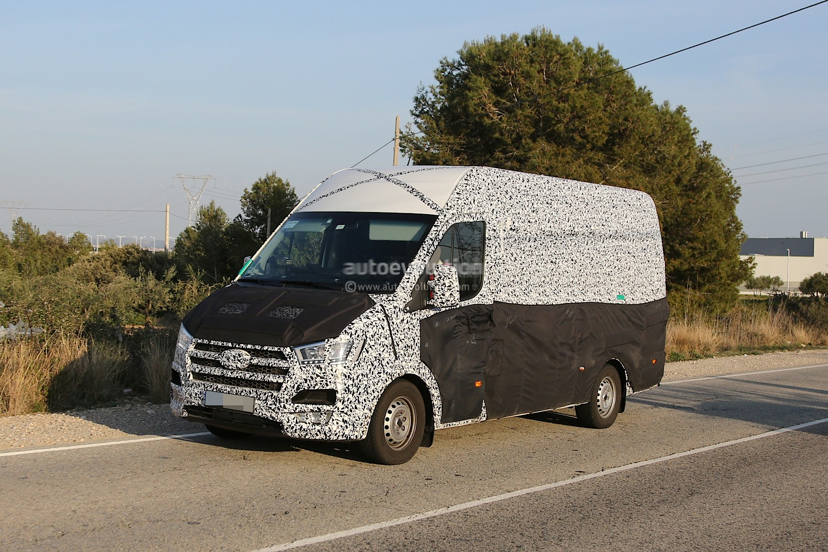 spyshots 2015 hyundai transporter van loses some camo. Black Bedroom Furniture Sets. Home Design Ideas