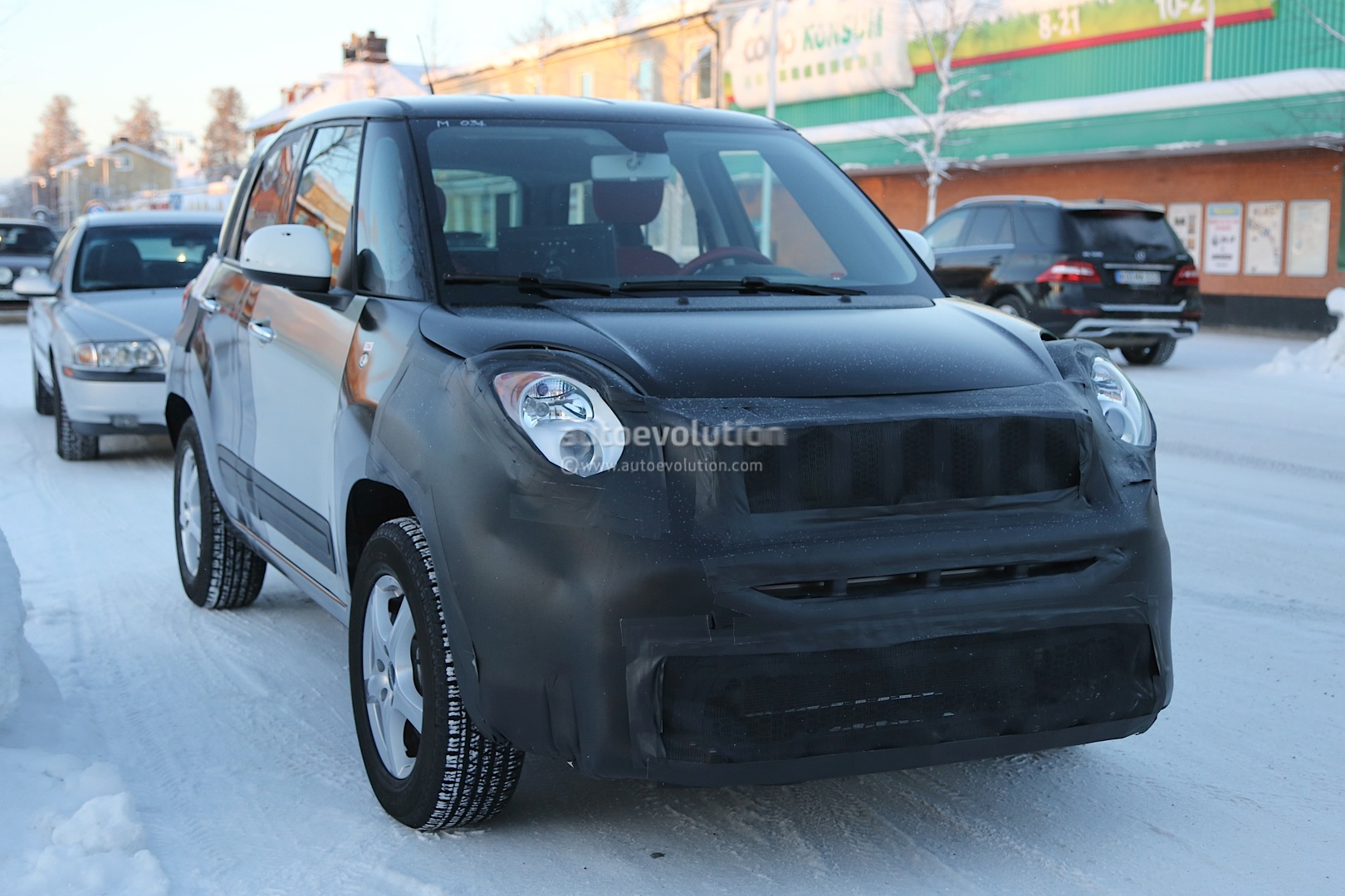 2014 - [Jeep] Renegade - Page 2 Spyshots-2015-jeep-b-suv-endures-the-cold-in-scandinavia_1