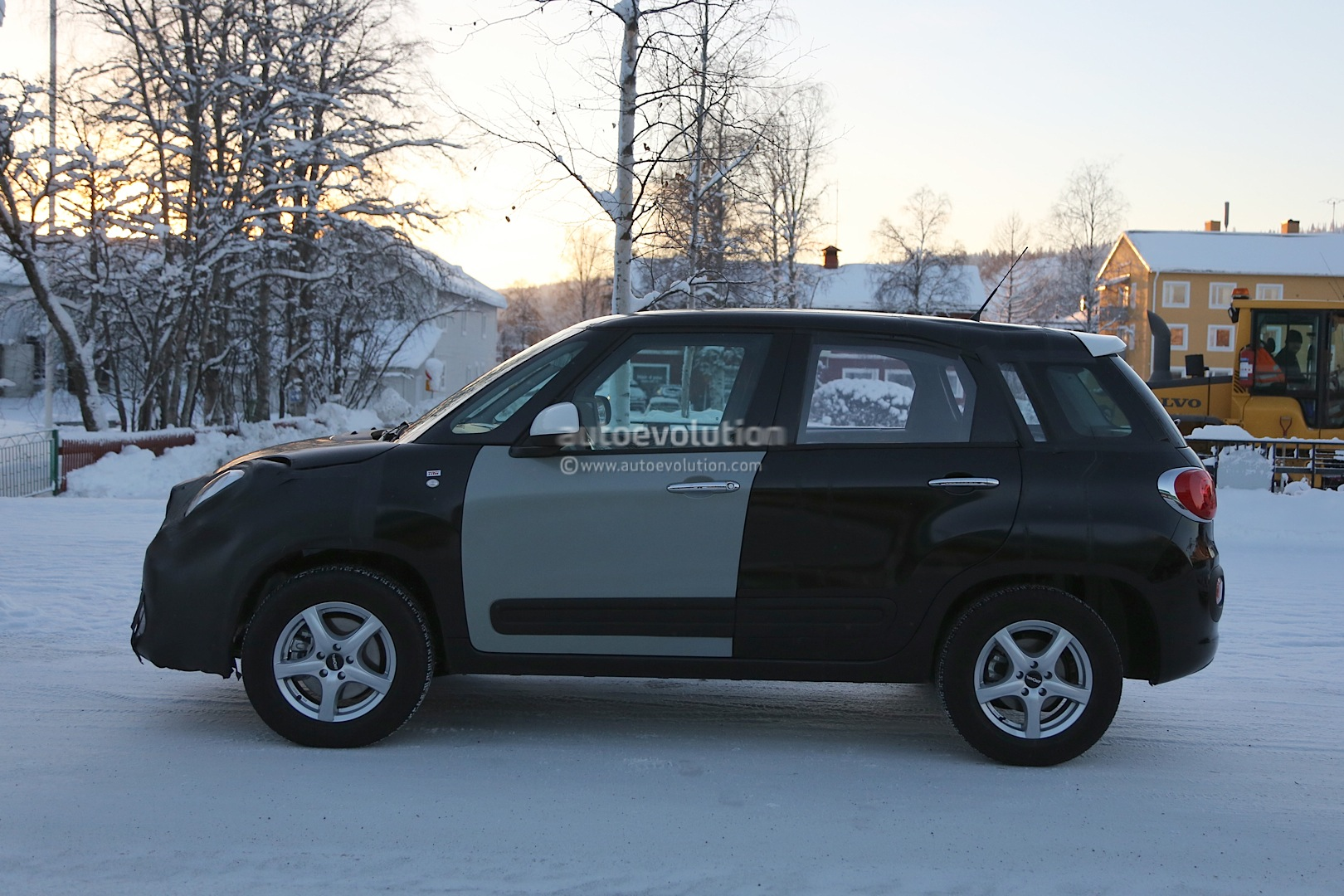 2014 - [Jeep] Renegade - Page 2 Spyshots-2015-jeep-b-suv-endures-the-cold-in-scandinavia_5