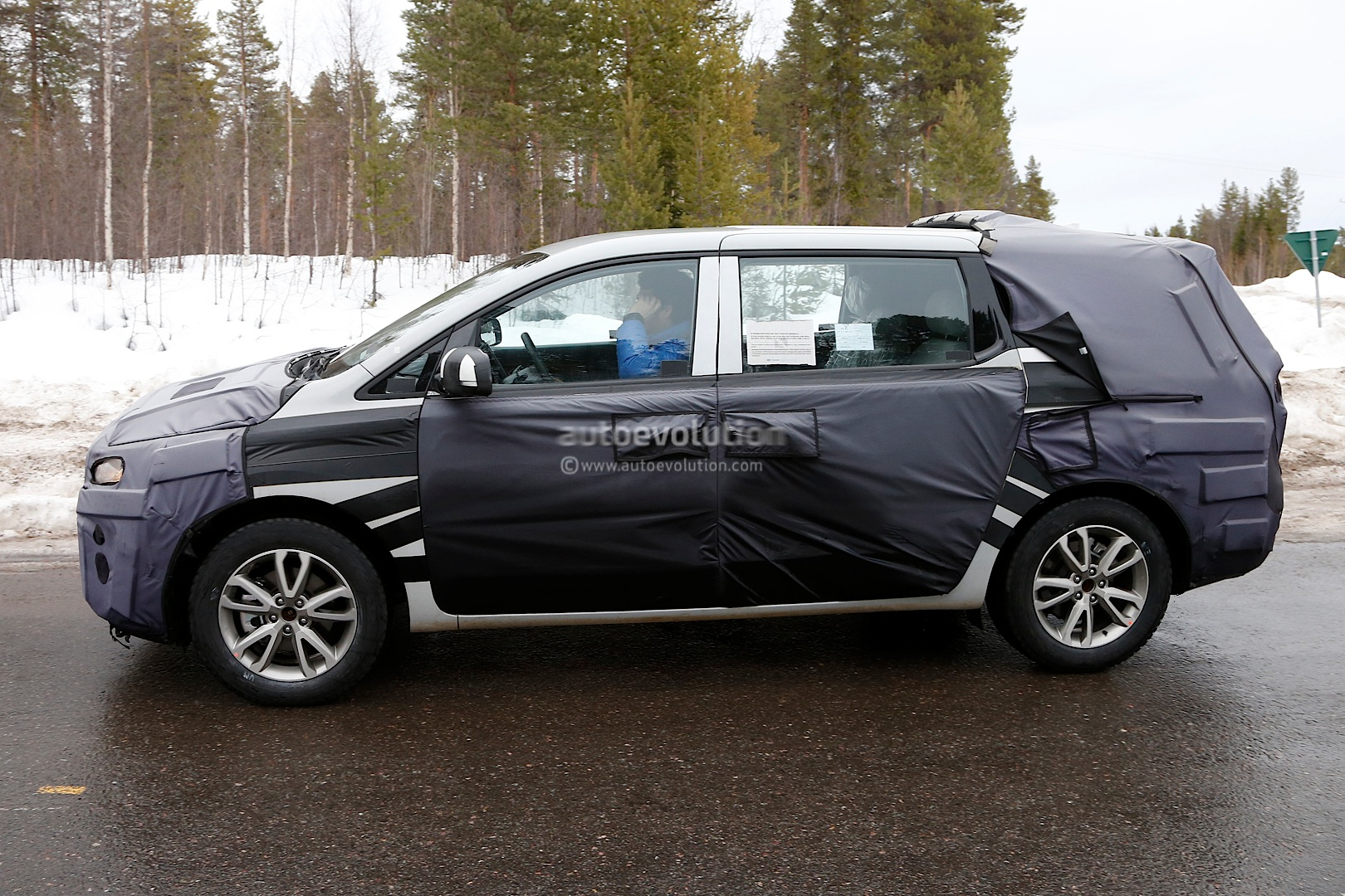 spyshots 2015 kia sedona carnival could debut next month autoevolution. Black Bedroom Furniture Sets. Home Design Ideas