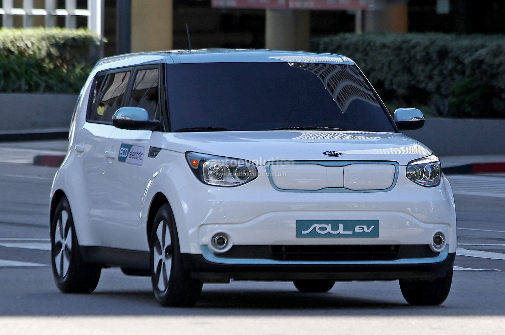 spyshots 2015 kia soul ev caught undisguised during shoot autoevolution. Black Bedroom Furniture Sets. Home Design Ideas