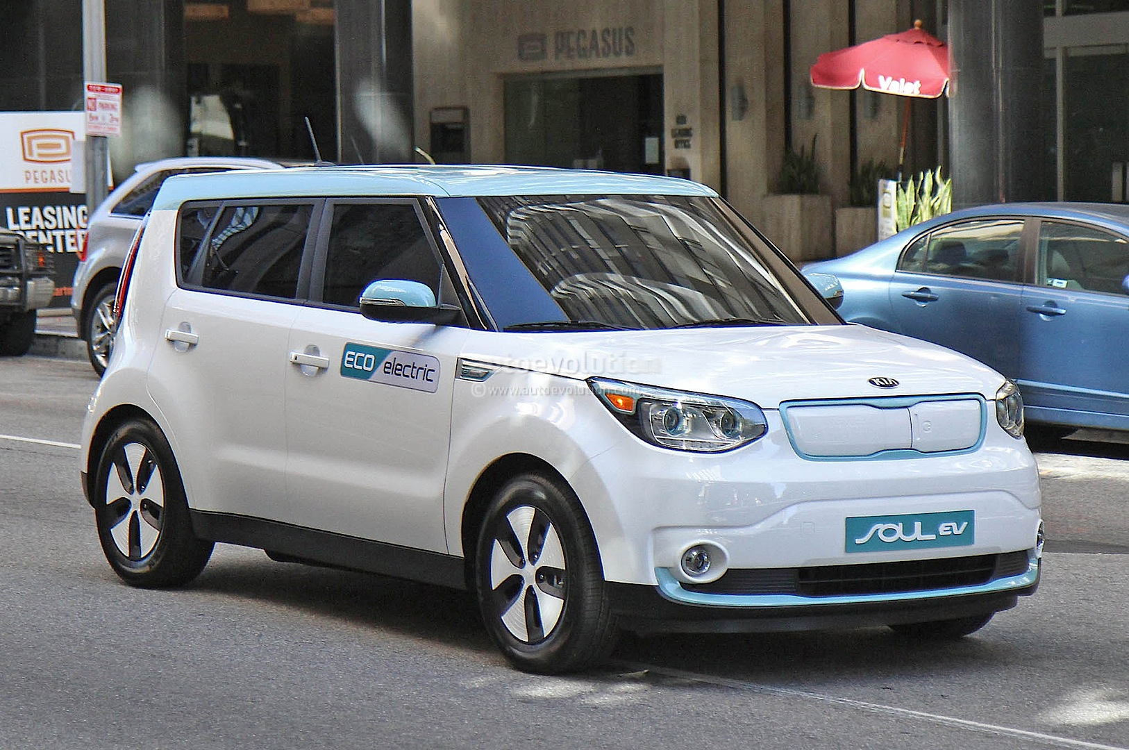 spyshots 2015 kia soul ev caught undisguised during shoot. Black Bedroom Furniture Sets. Home Design Ideas