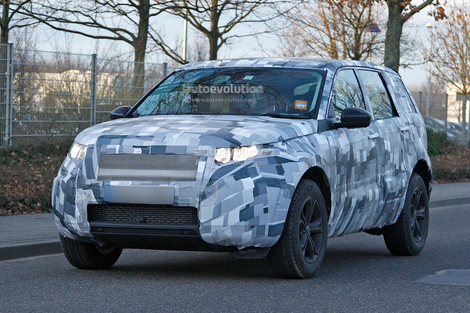 2014 - [Land Rover] Discovery Sport [L550] - Page 2 Spyshots-2015-land-rover-lr2-is-now-a-baby-lr4_2