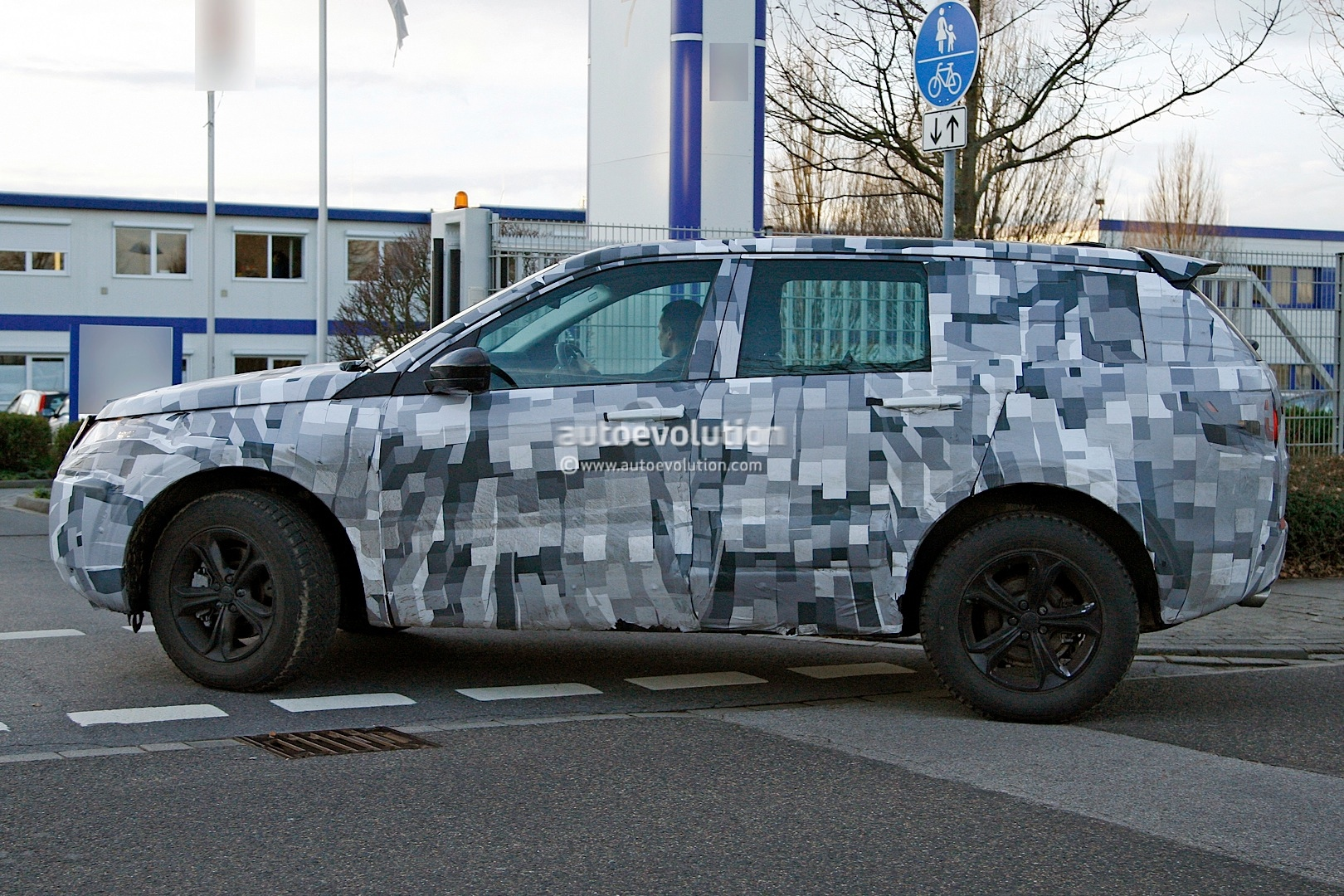 2014 - [Land Rover] Discovery Sport [L550] - Page 2 Spyshots-2015-land-rover-lr2-is-now-a-baby-lr4_4