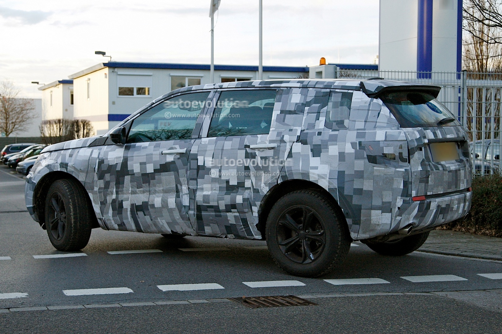 2014 - [Land Rover] Discovery Sport [L550] - Page 2 Spyshots-2015-land-rover-lr2-is-now-a-baby-lr4_5