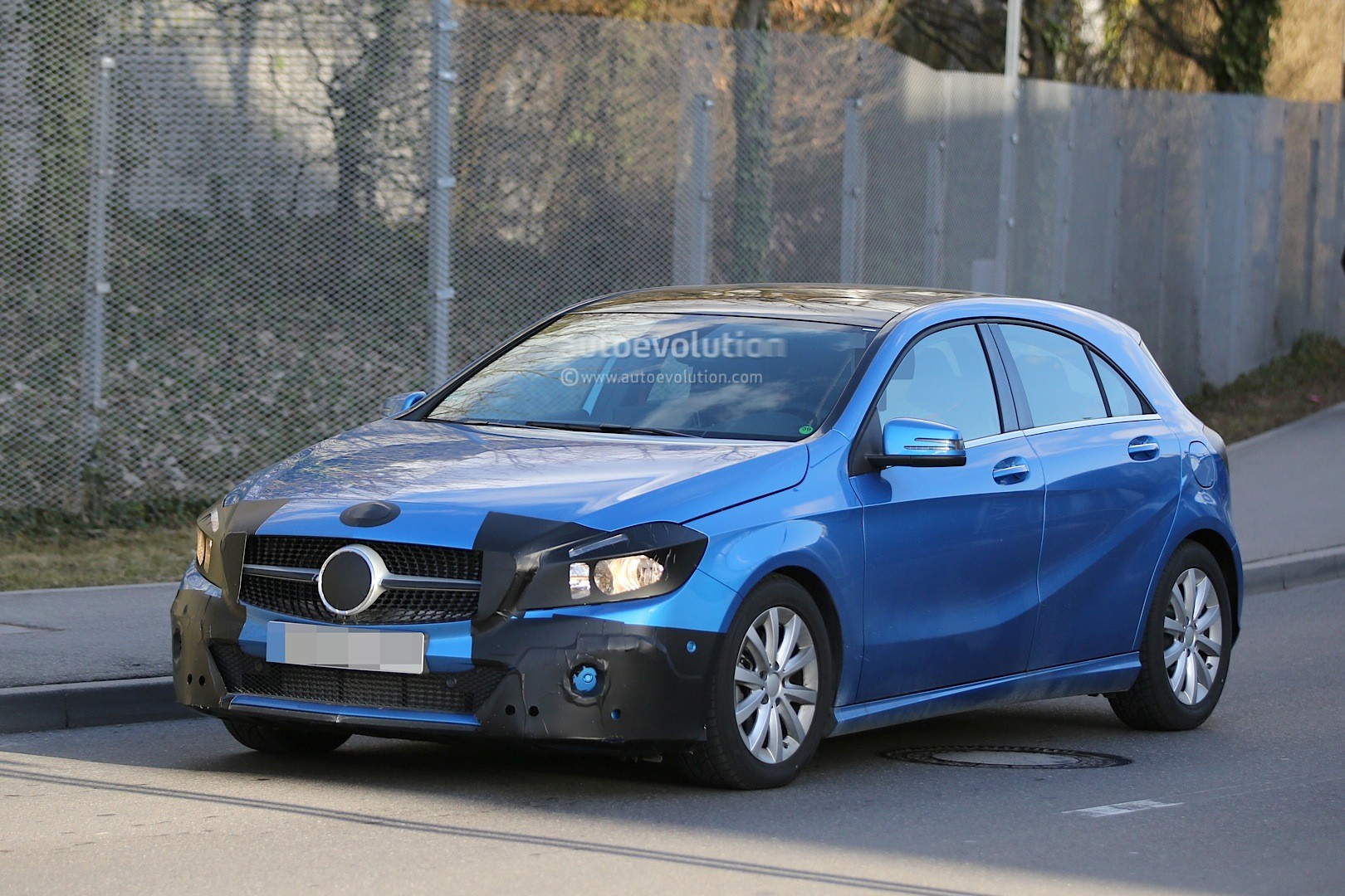 2016 - [Mercedes] Classe A restylée - Page 5 Spyshots-2015-mercedes-a-class-facelift-getting-headlight-tweaks_2