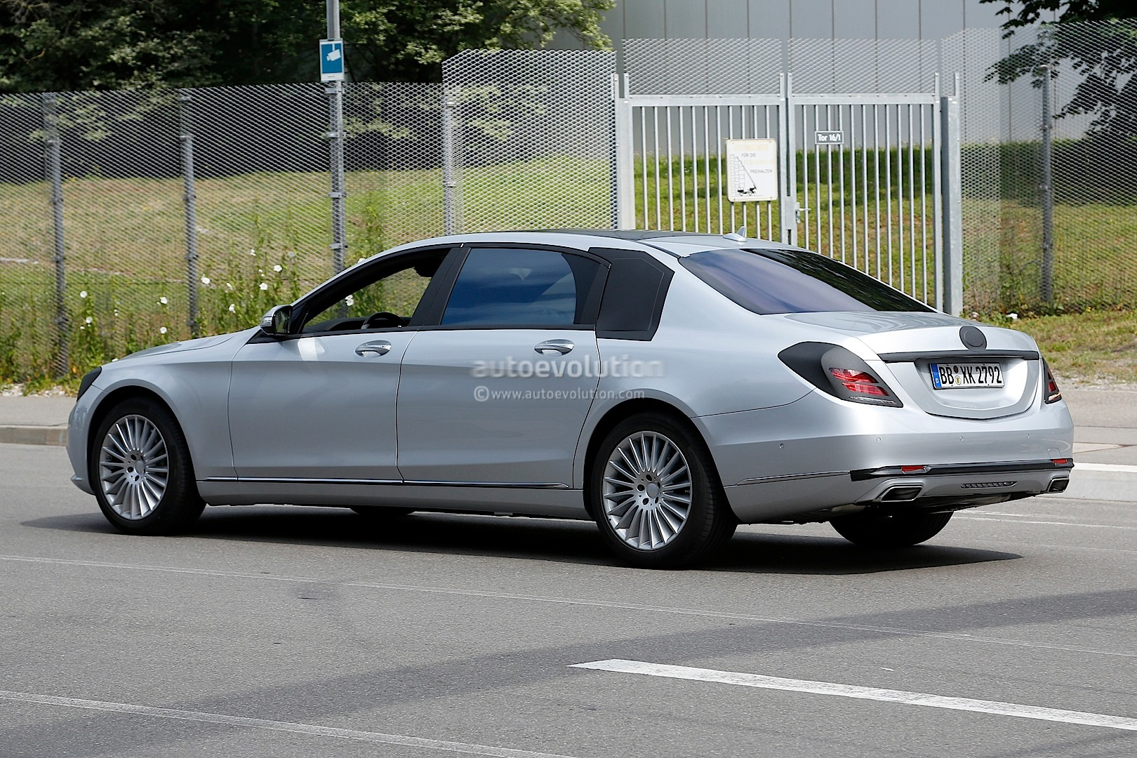 spyshots 2015 mercedes s600 pullman with minimal camo autoevolution. Black Bedroom Furniture Sets. Home Design Ideas