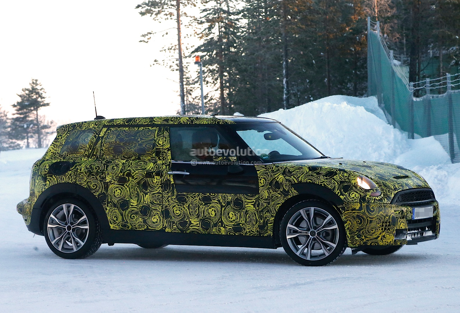 spyshots 2015 mini cooper s clubman goes big autoevolution. Black Bedroom Furniture Sets. Home Design Ideas