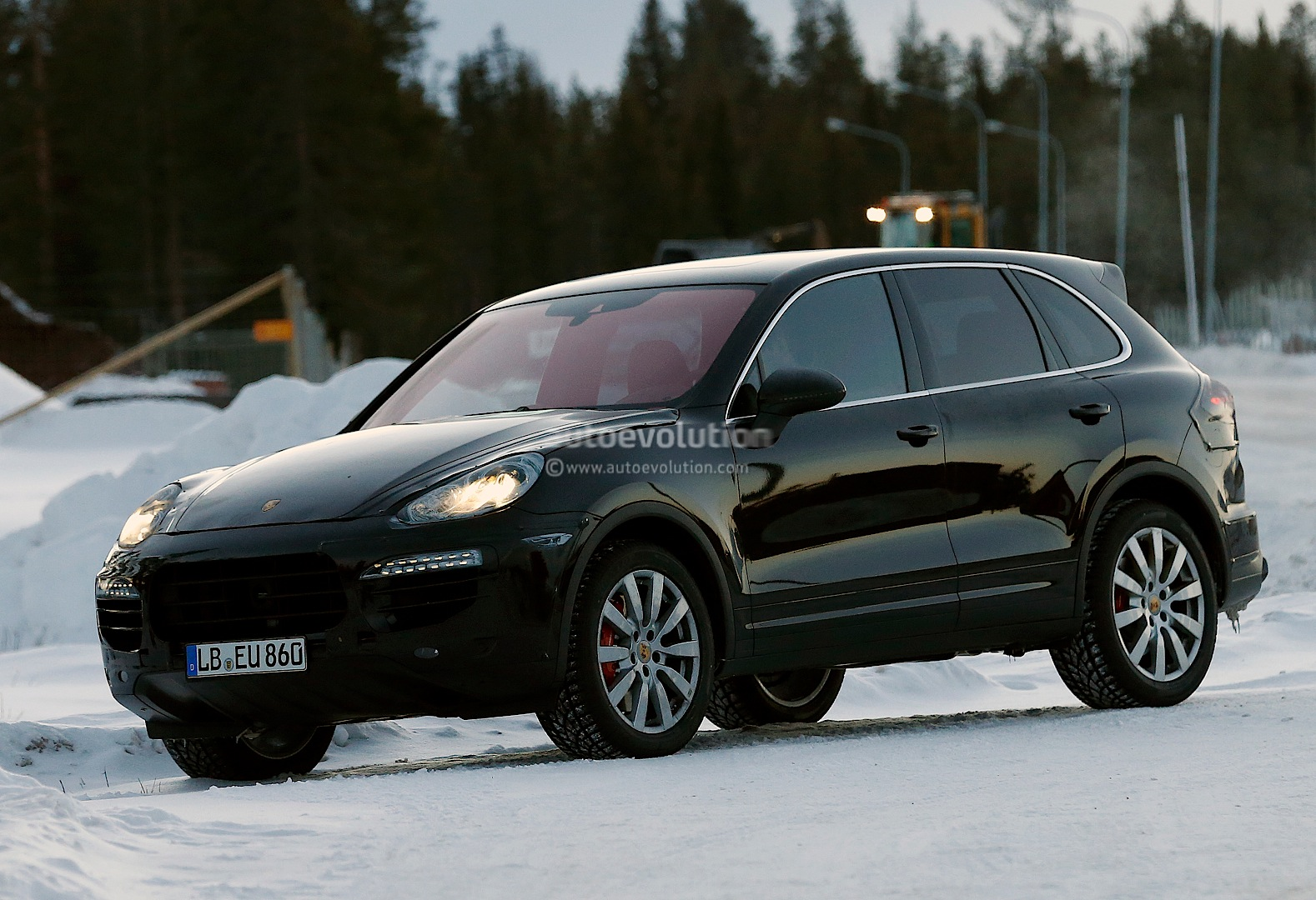 spyshots 2015 porsche cayenne facelift undergoes winter testing autoevolution. Black Bedroom Furniture Sets. Home Design Ideas