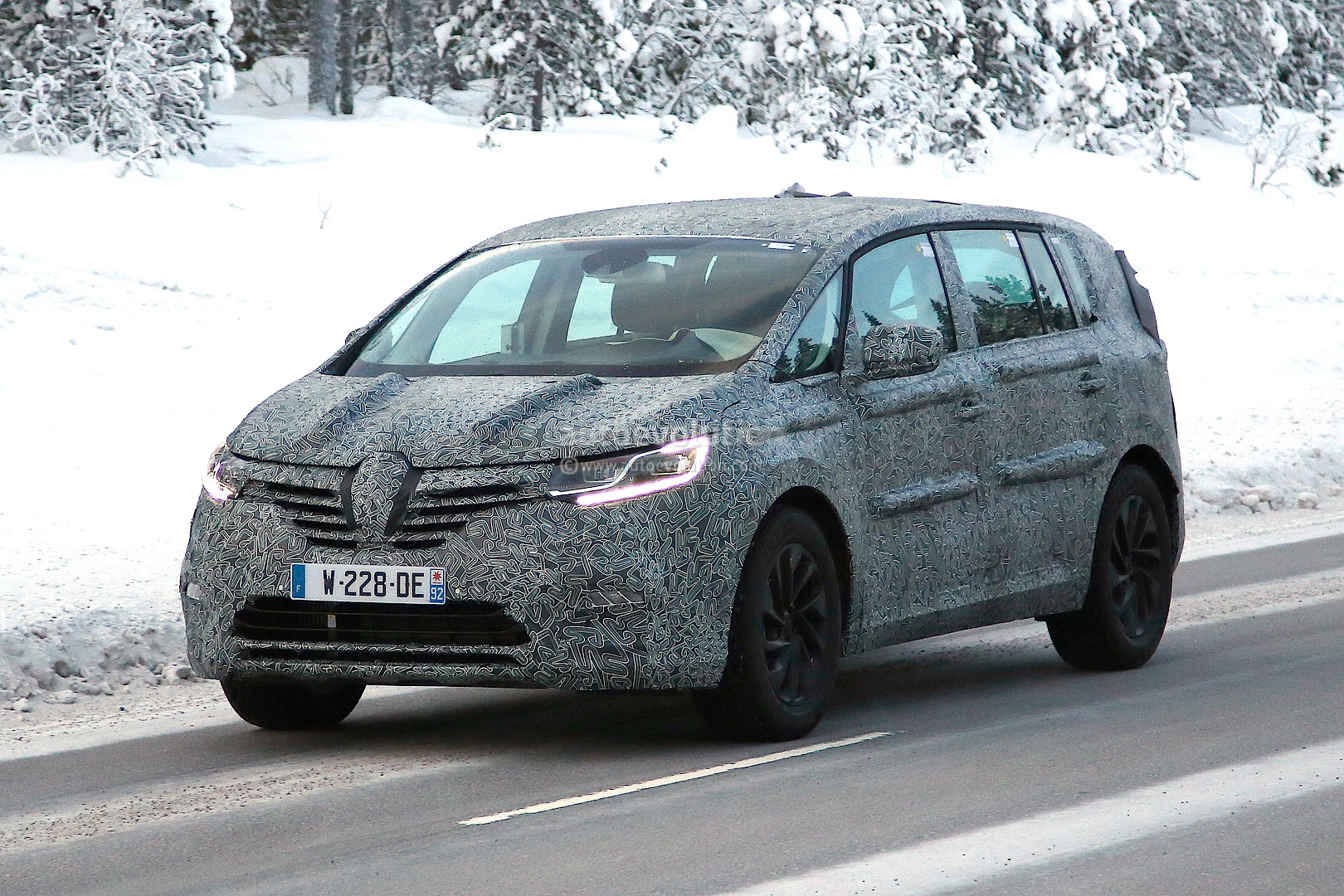 spyshots 2015 renault espace looks like initiate paris concept autoevolution. Black Bedroom Furniture Sets. Home Design Ideas