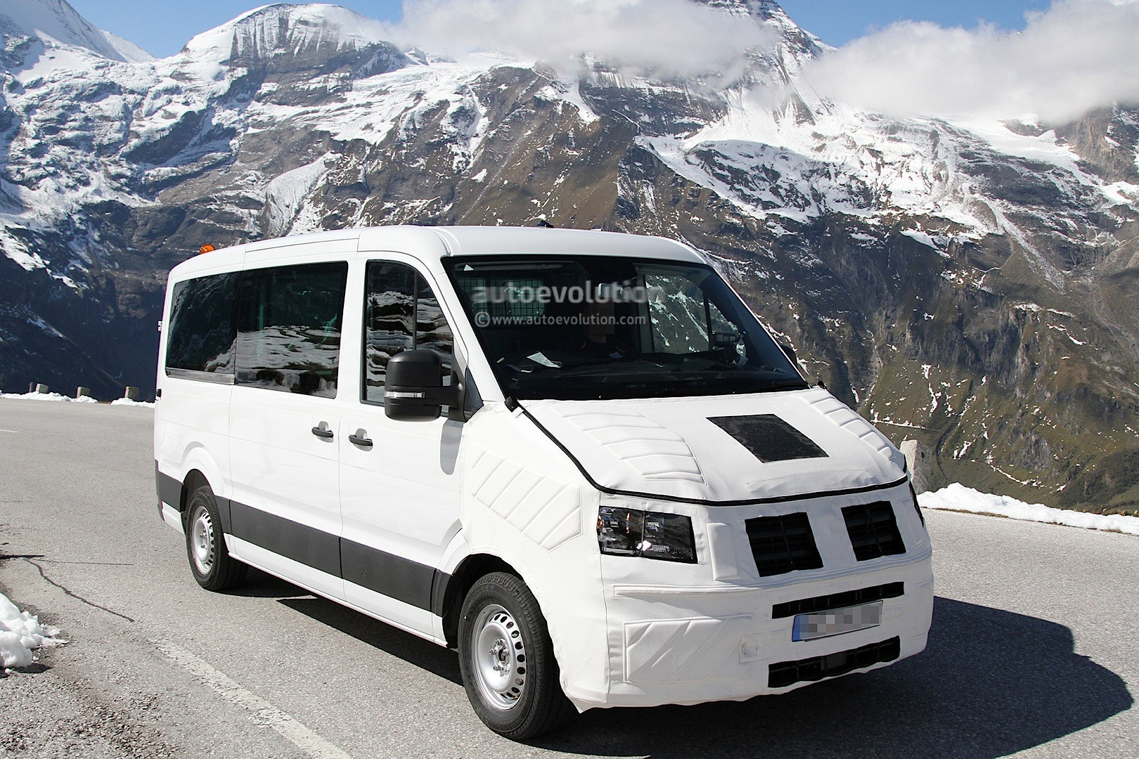 Spyshots: 2016 / 2017 Volkswagen Crafter Takes after the T6 Transporter - autoevolution