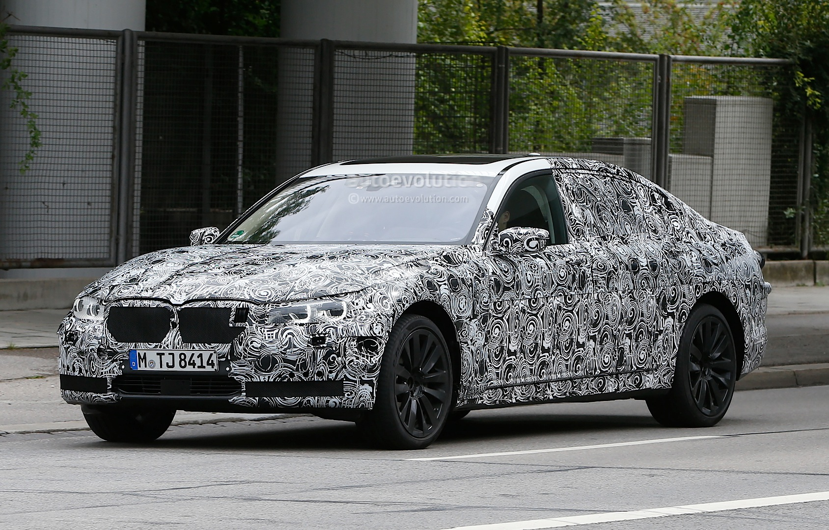 spyshots-2016-bmw-7-series-g11-to-receive-new-engines-and-headlight-design-video_1.jpg
