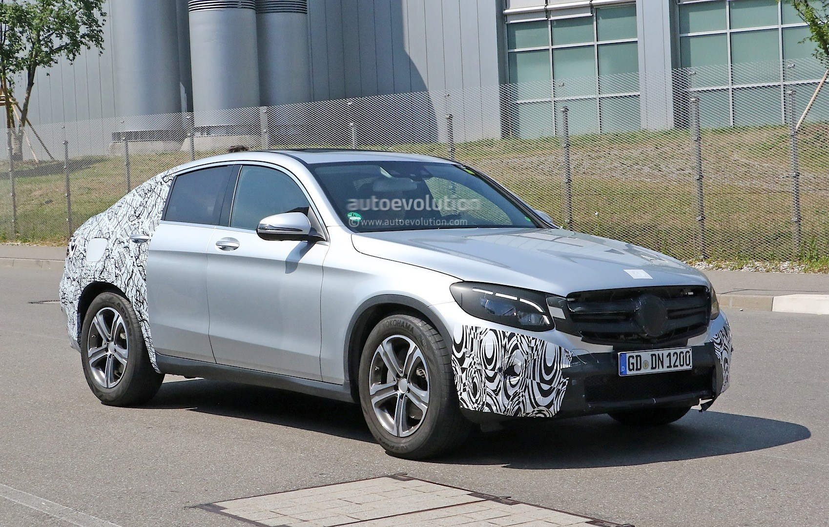 spyshots 2016 mercedes glc coupe looks ready to take on bmw x4 autoevolution. Black Bedroom Furniture Sets. Home Design Ideas