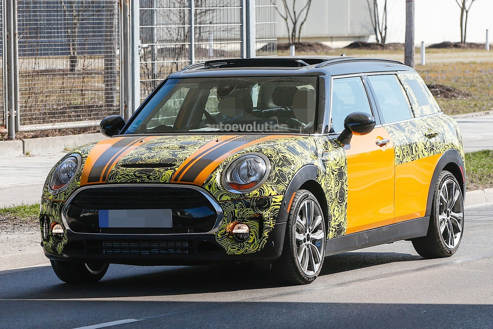 2015 - [Mini] Mini IV Clubman [F54] - Page 13 Spyshots-2016-mini-clubman-spied-in-jcw-look-and-cooper-s-guises_2