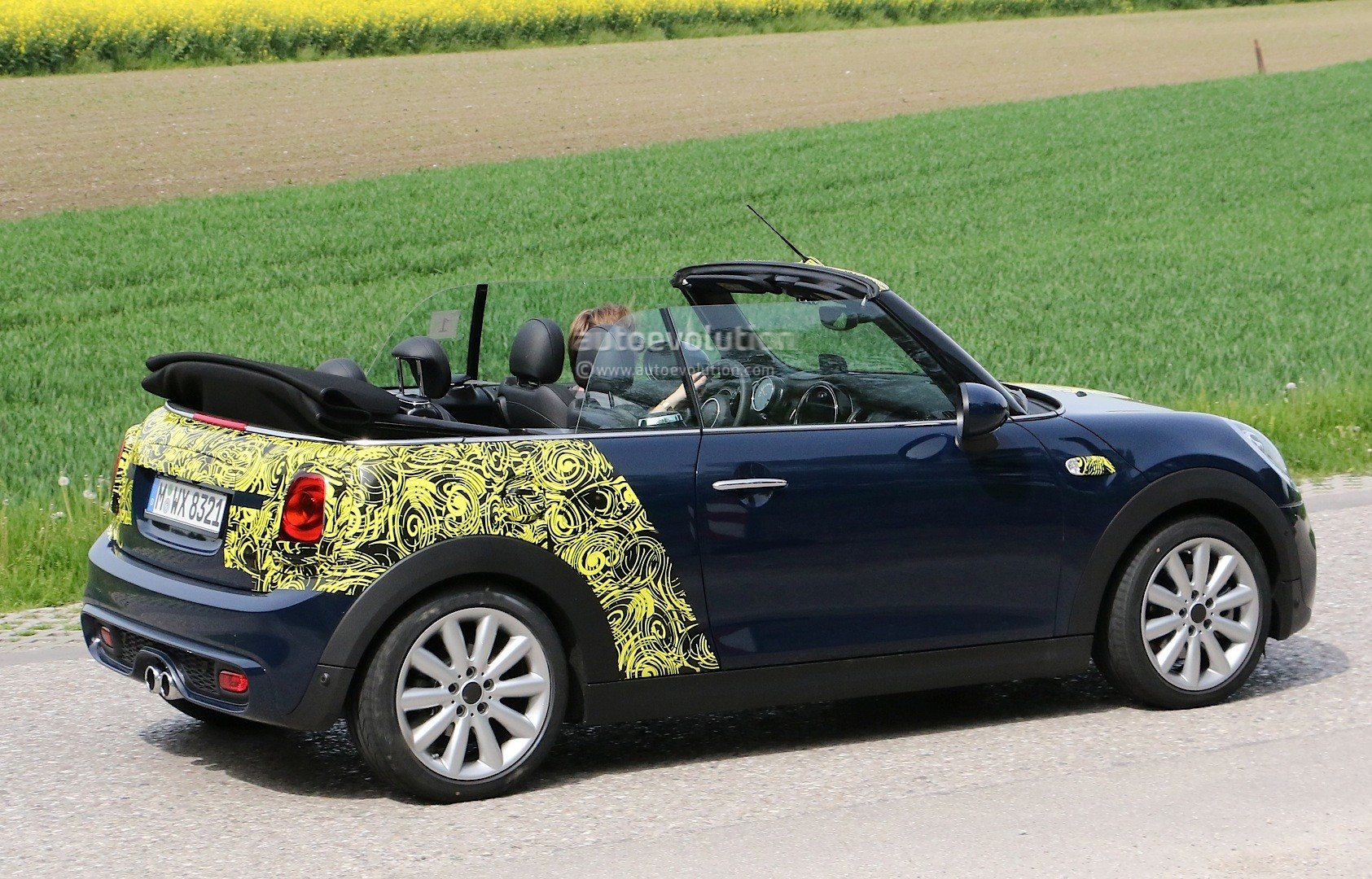 spyshots 2016 mini cooper s convertible seen with top down autoevolution. Black Bedroom Furniture Sets. Home Design Ideas