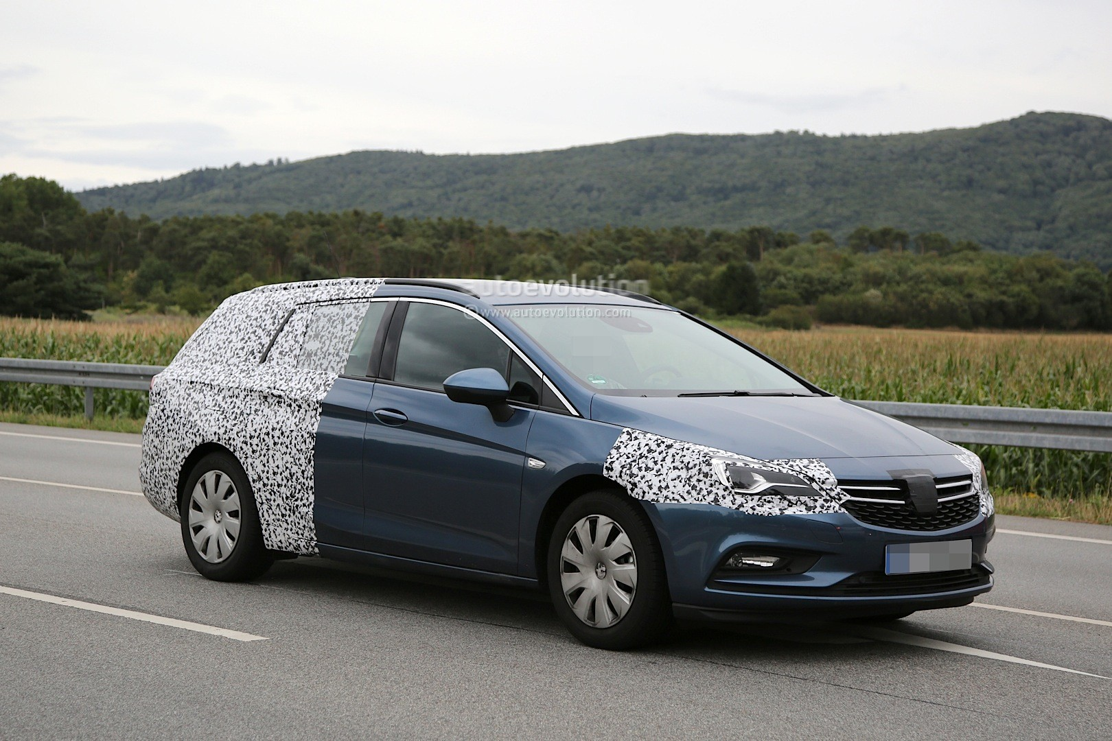 spyshots 2016 opel astra sports tourer loses some camo. Black Bedroom Furniture Sets. Home Design Ideas