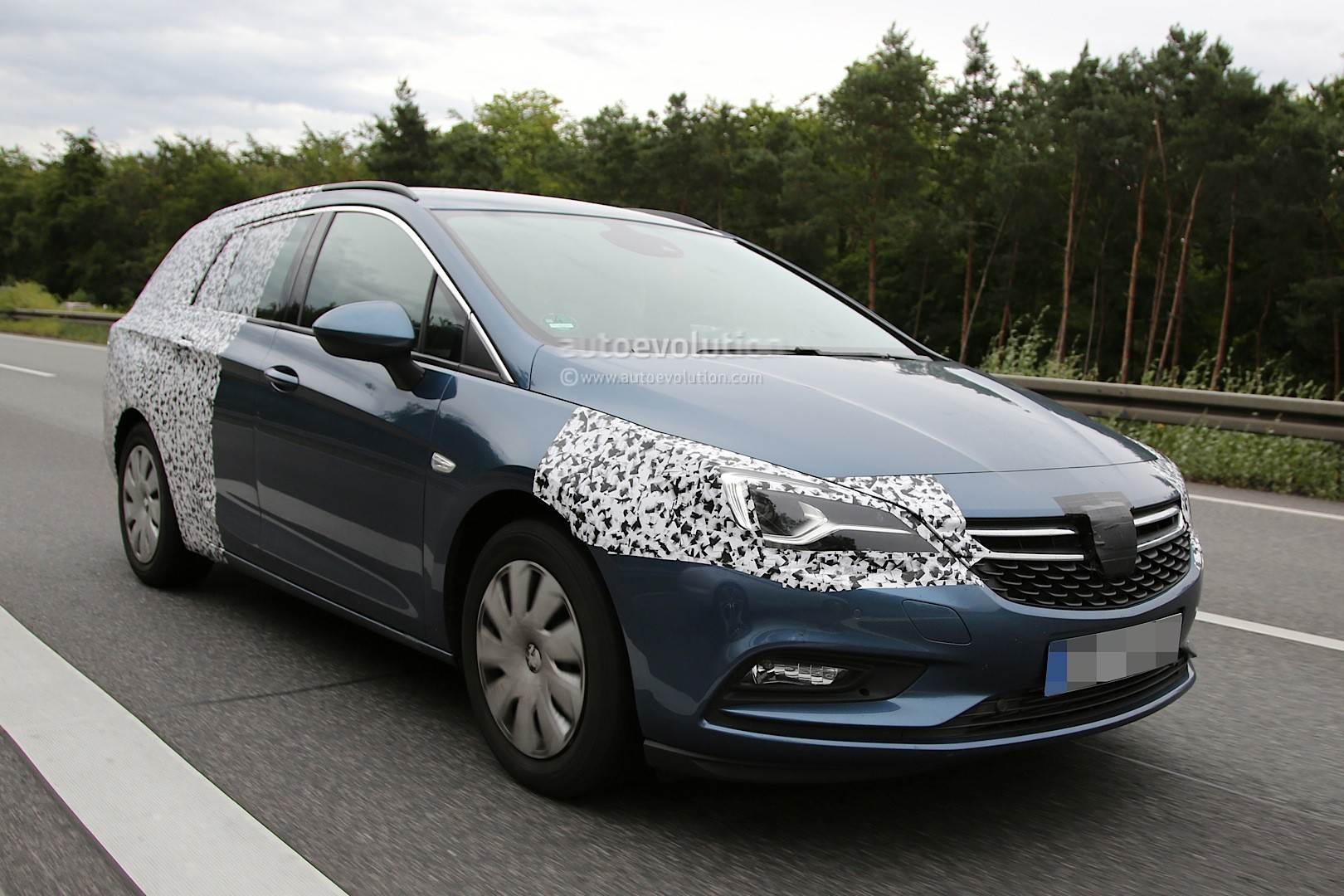 spyshots 2016 opel astra sports tourer loses some camo autoevolution. Black Bedroom Furniture Sets. Home Design Ideas