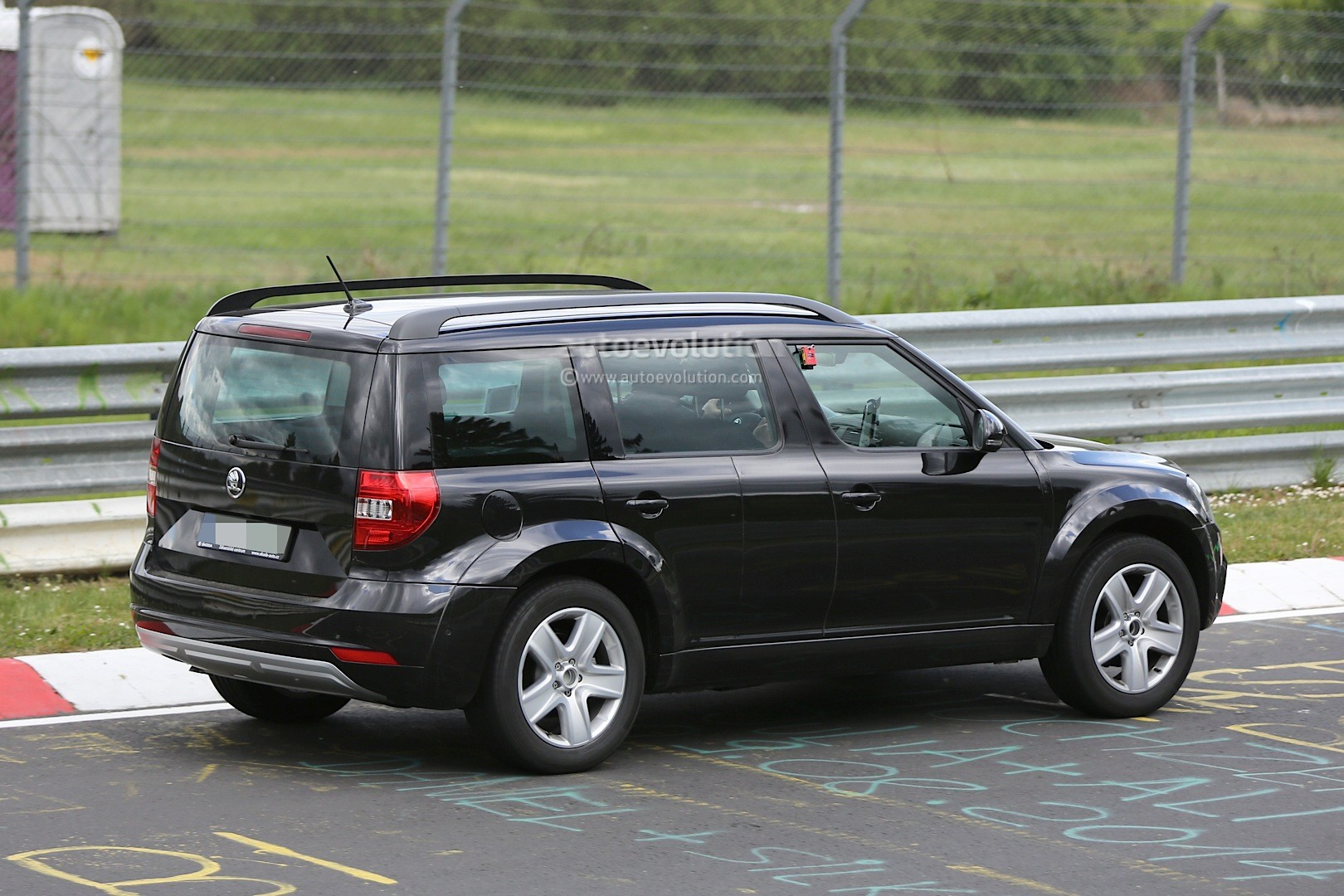 spyshots 2016 skoda snowman 7 seat crossover testing at nurburgring as yeti mule autoevolution. Black Bedroom Furniture Sets. Home Design Ideas