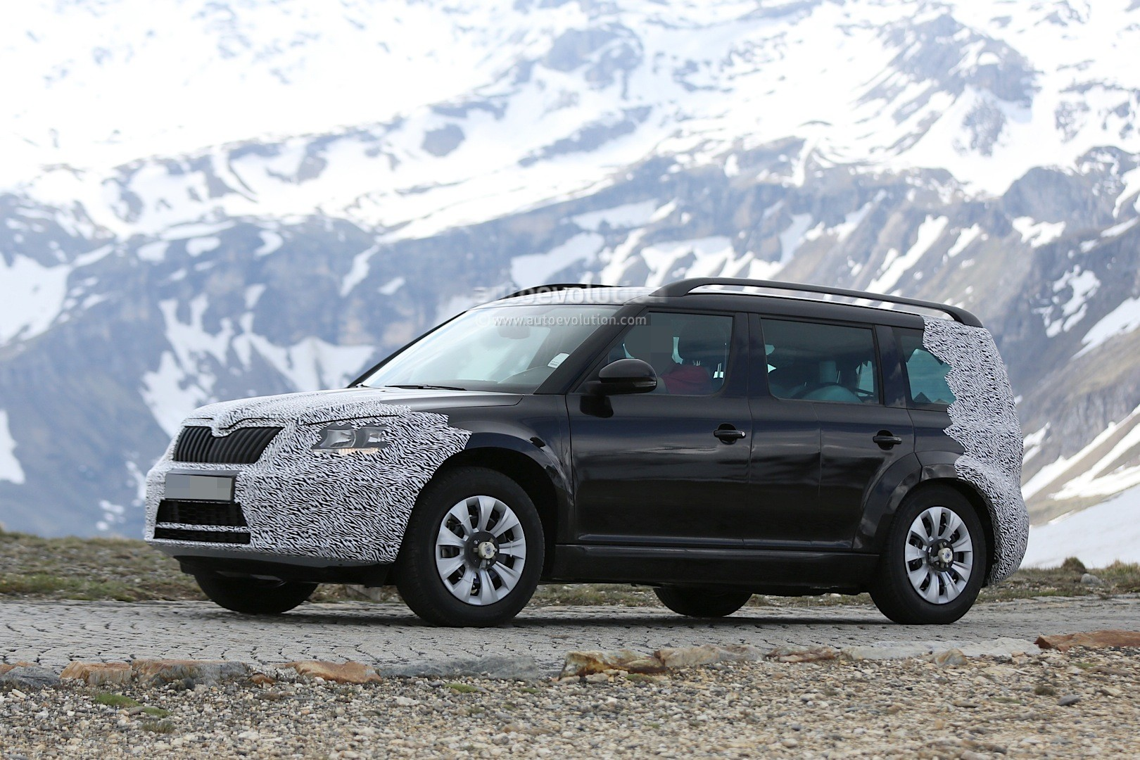 spyshots 2016 skoda snowman 7 seater testing in the alps. Black Bedroom Furniture Sets. Home Design Ideas