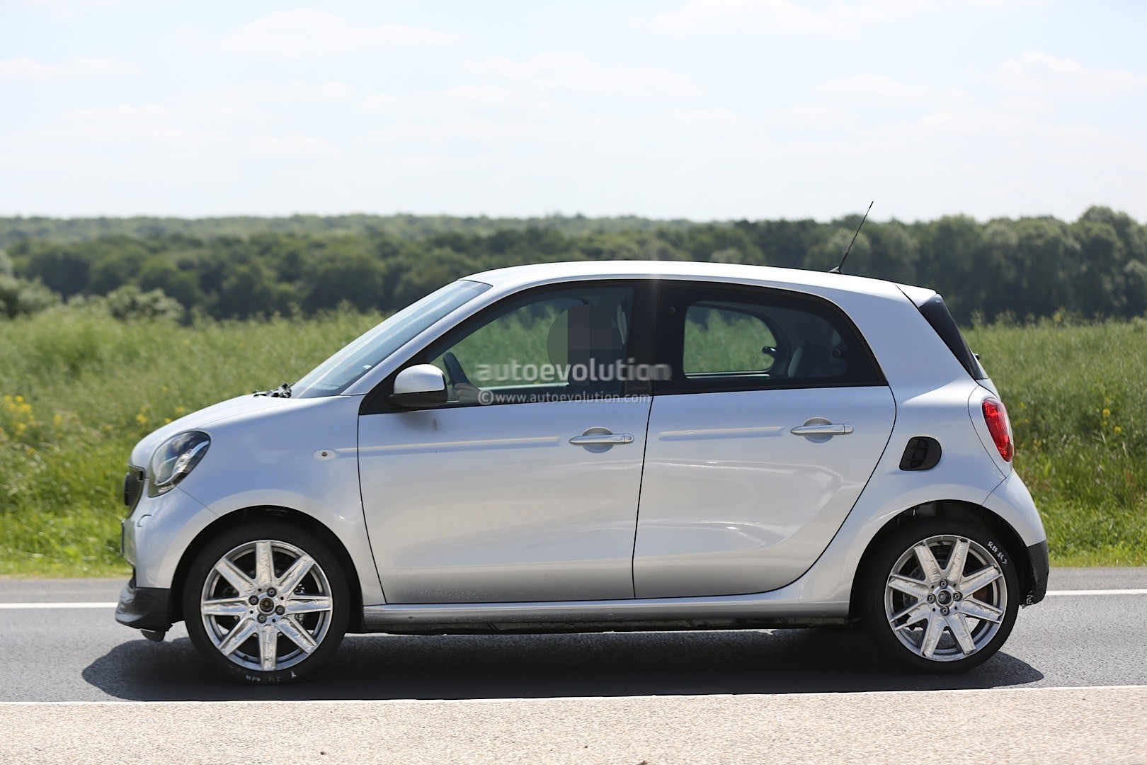 spyshots 2016 smart forfour brabus looks ready to rumble. Black Bedroom Furniture Sets. Home Design Ideas
