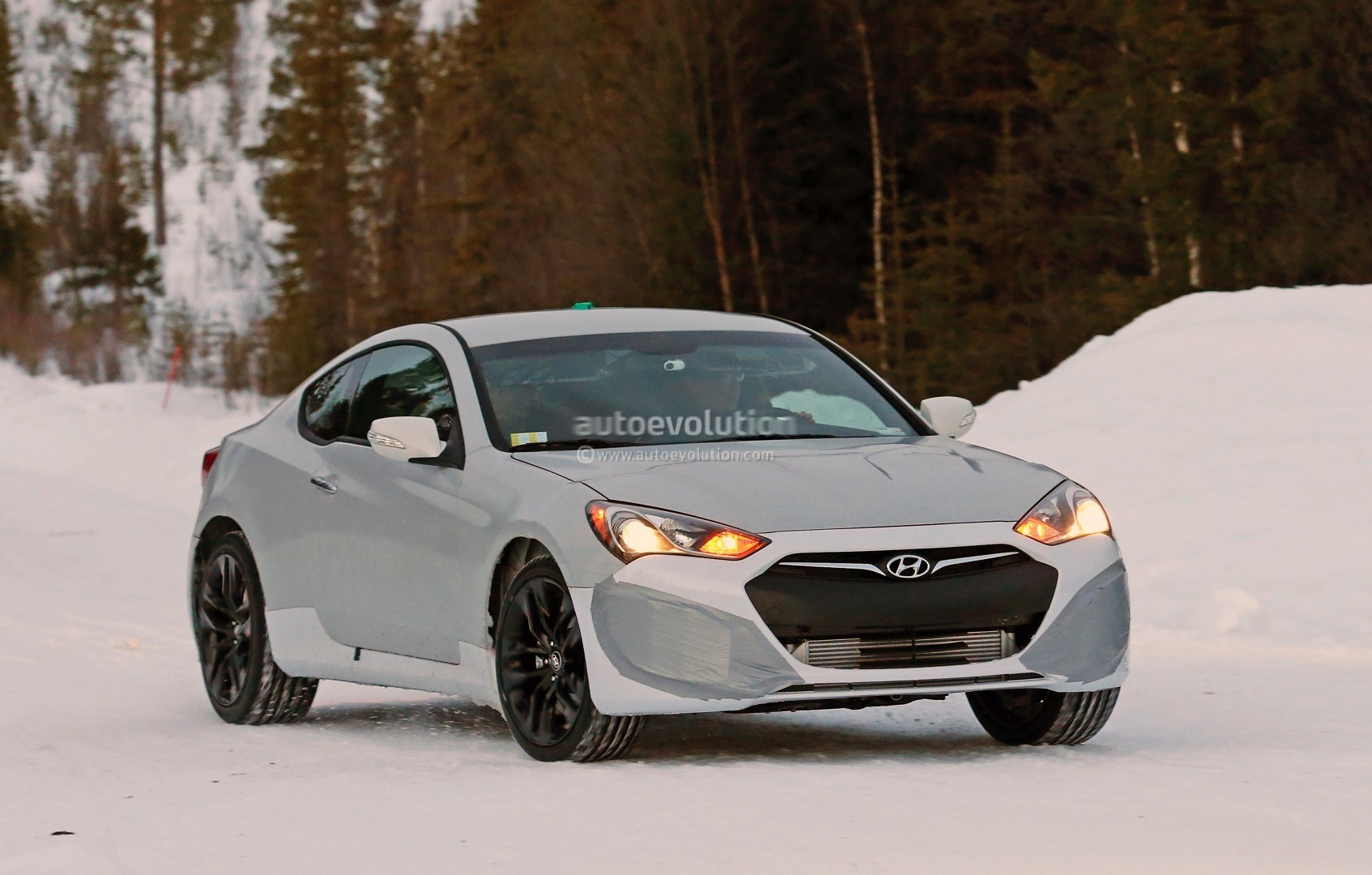 spyshots 2017 hyundai genesis coupe mule starts winter testing is expected to get v8. Black Bedroom Furniture Sets. Home Design Ideas