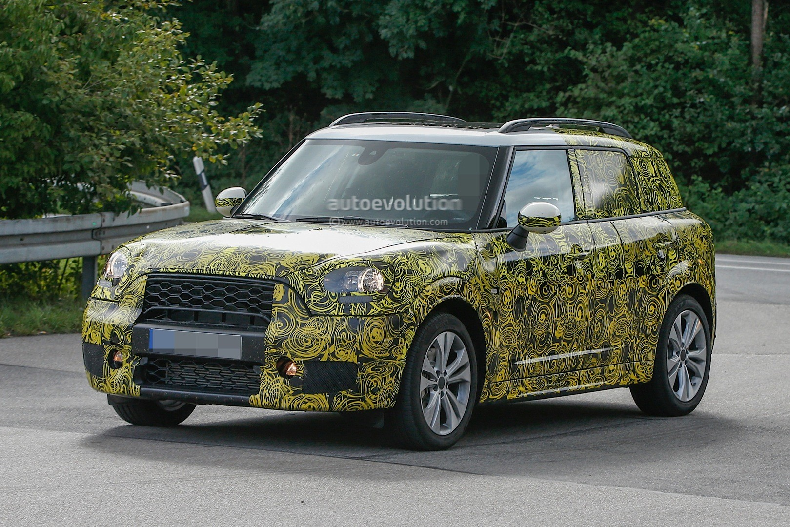 spyshots 2017 mini countryman disguise thins out shows. Black Bedroom Furniture Sets. Home Design Ideas