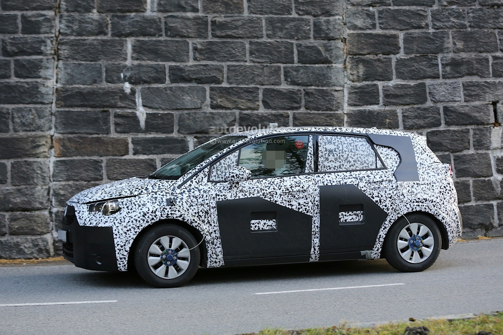 2017 Opel Meriva Prototype Shows New Details - photo gallery