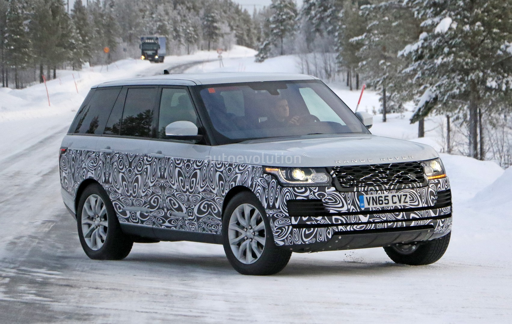 spyshots 2017 range rover facelift undergoes winter testing autoevolution. Black Bedroom Furniture Sets. Home Design Ideas