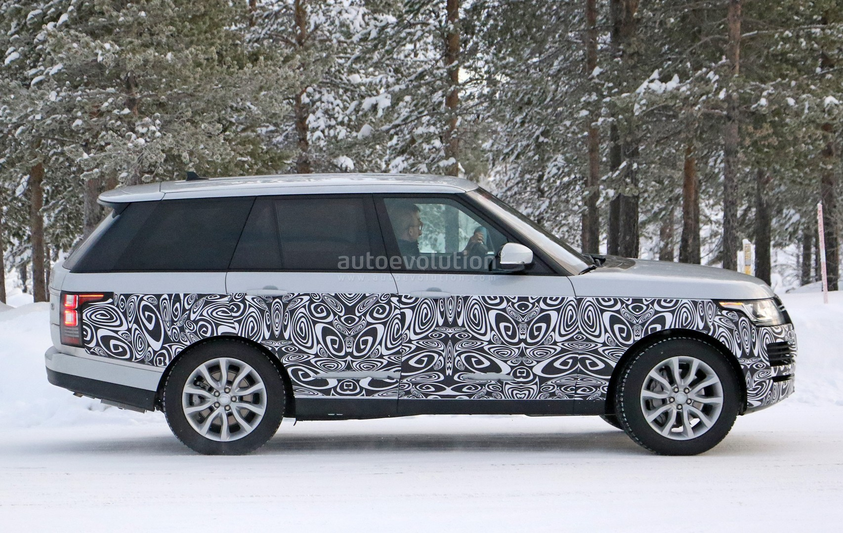 Spyshots 2017 Range Rover Facelift Undergoes Winter