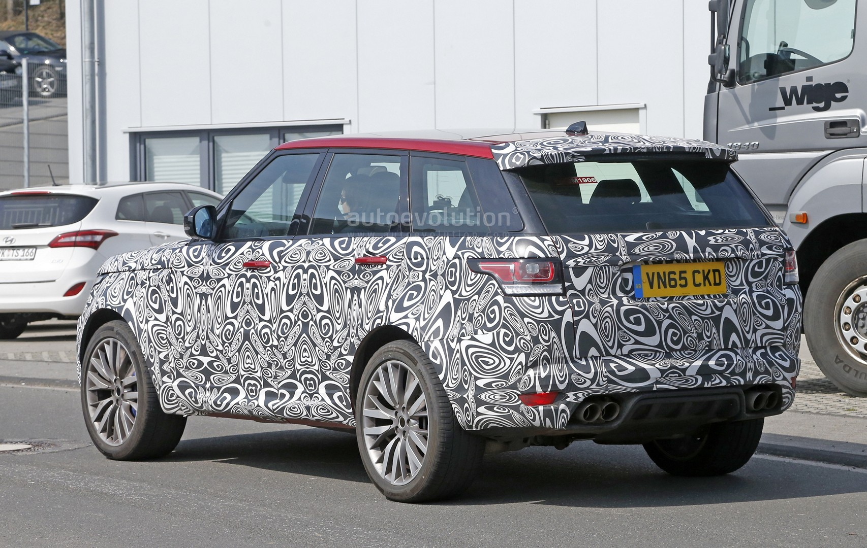 spyshots 2017 range rover sport svr is not revealing much autoevolution. Black Bedroom Furniture Sets. Home Design Ideas