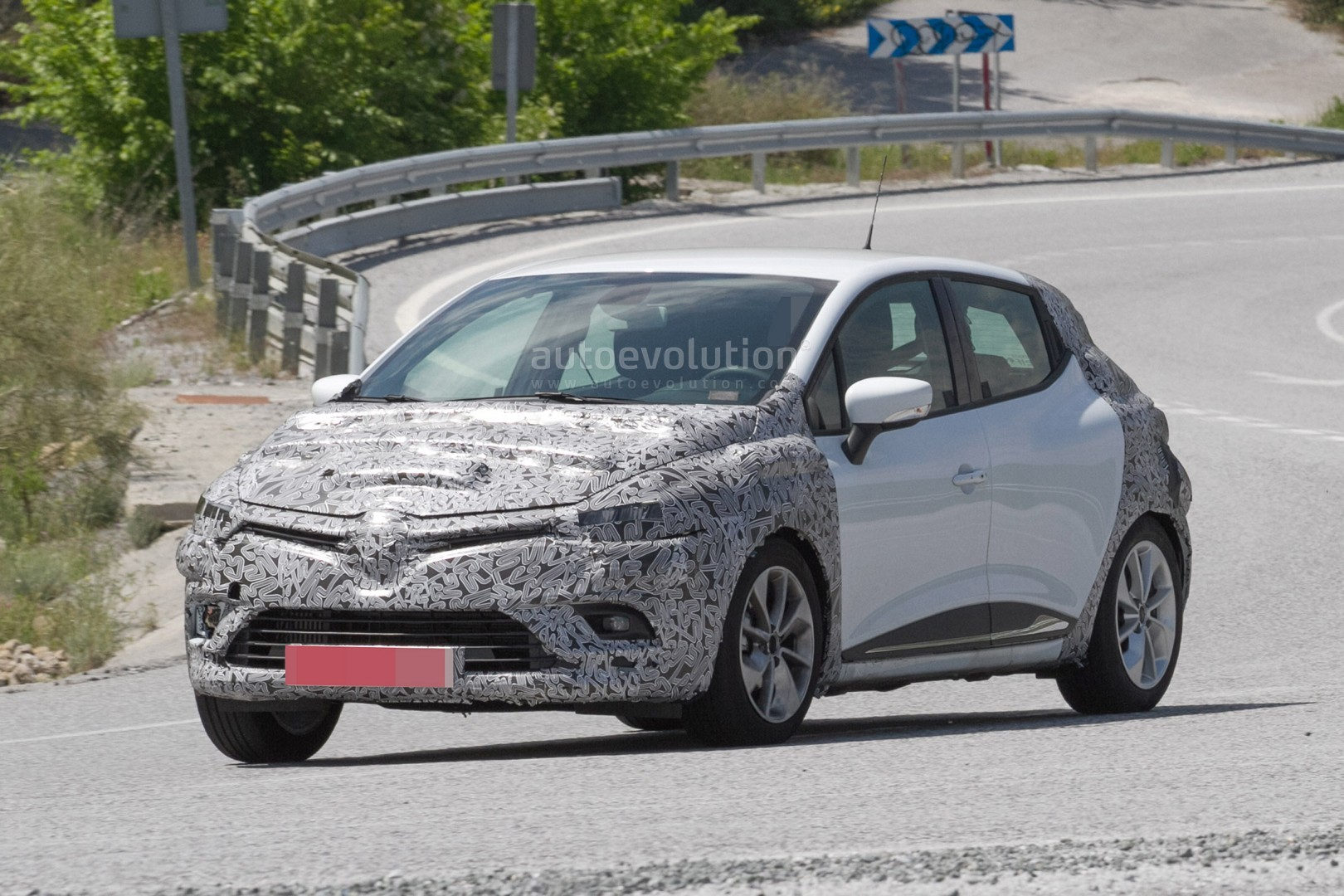 spyshots 2017 renault clio facelift is inspired by the. Black Bedroom Furniture Sets. Home Design Ideas