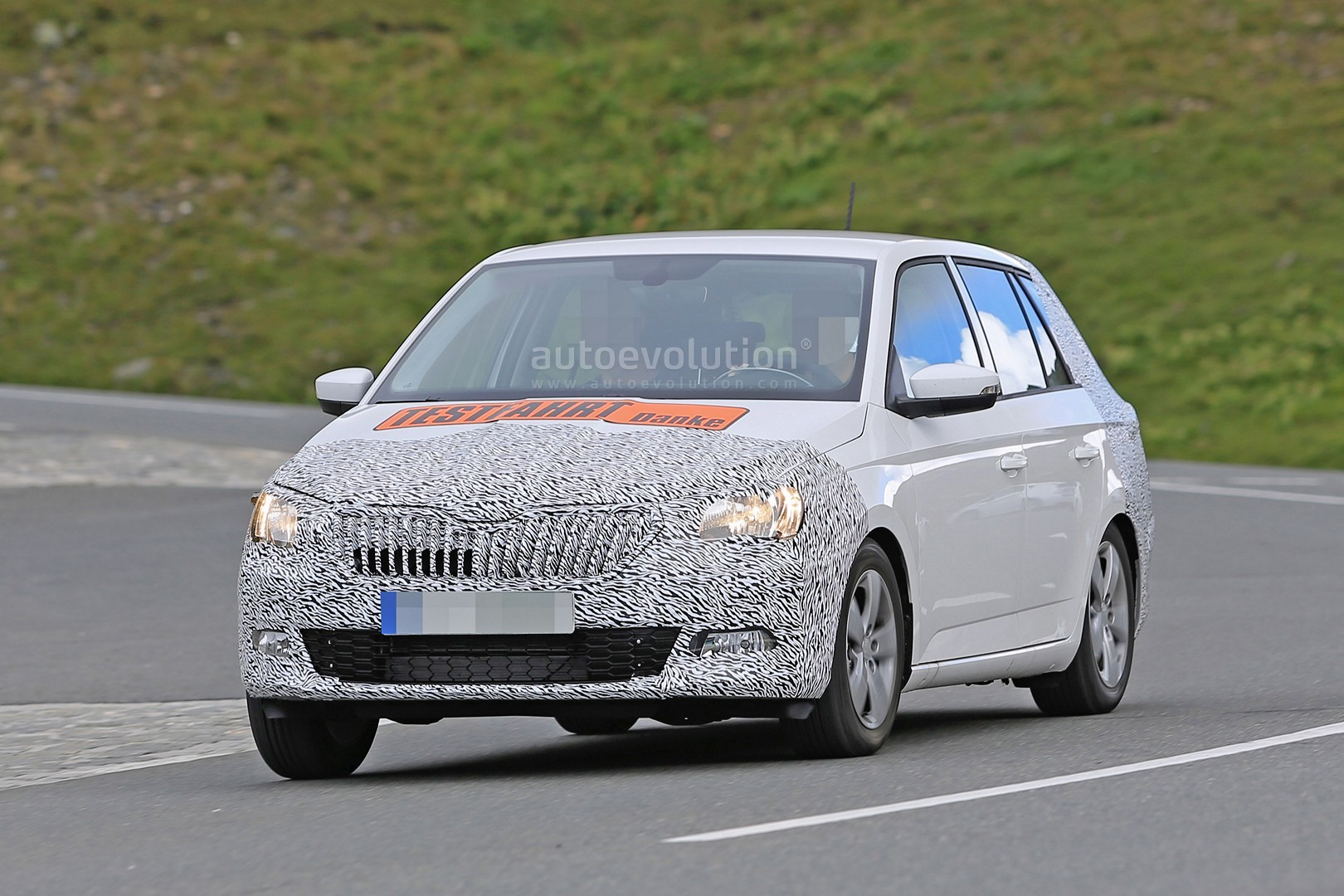 spyshots 2017 skoda fabia facelift has nose radar superb grille autoevolution. Black Bedroom Furniture Sets. Home Design Ideas