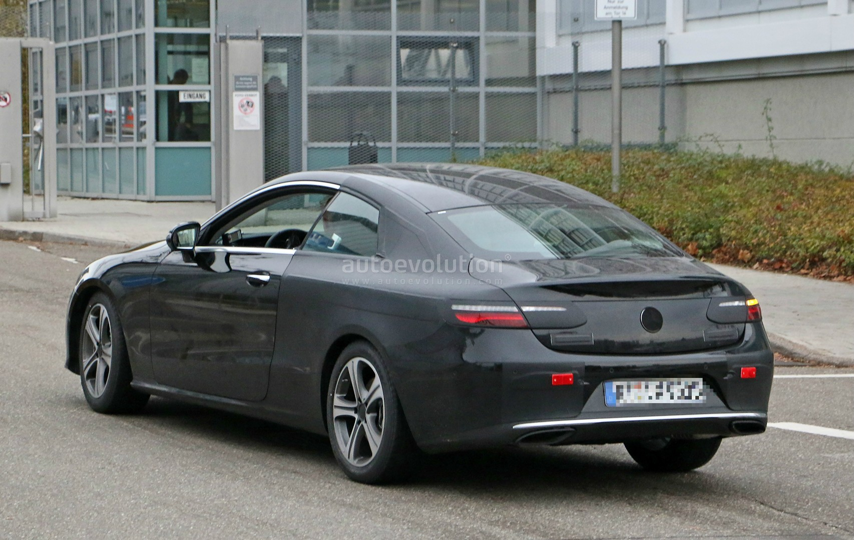 spyshots 2018 mercedes e class coupe spied with analog dials autoevolution. Black Bedroom Furniture Sets. Home Design Ideas