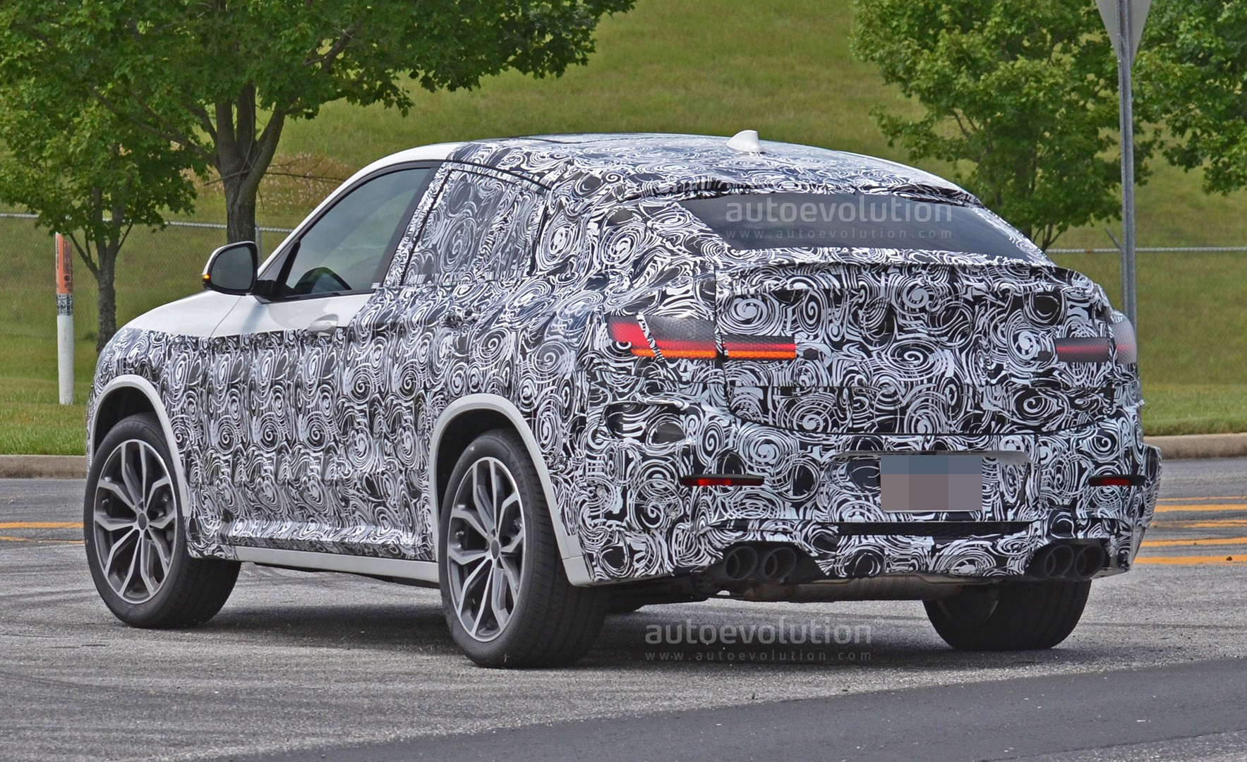 spyshots-2​019-bmw-x4​-m-matches​-s58-engin​e-with-qua​d-exhaust_​2
