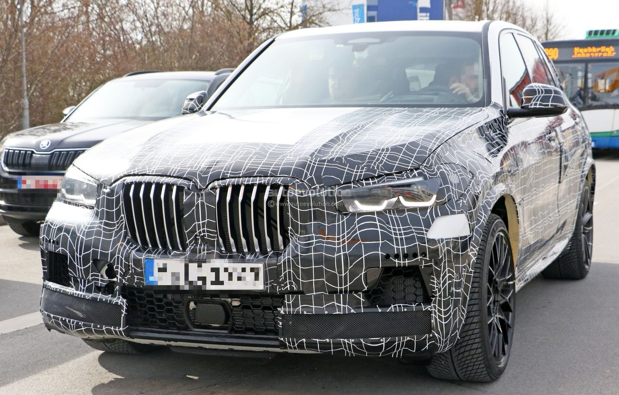 spyshots 2019 bmw x5 m shows super sized front air intakes and kidney grilles autoevolution. Black Bedroom Furniture Sets. Home Design Ideas