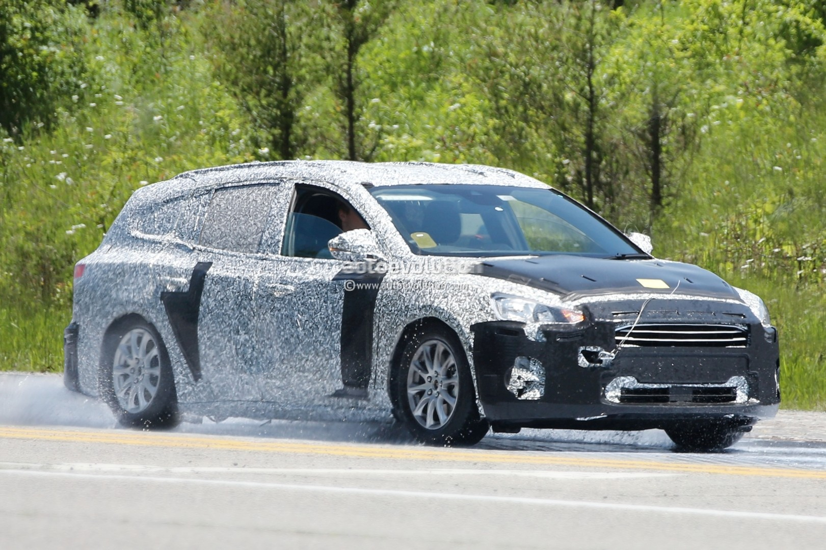 spyshots-2019-ford-focus-wagon-prototype-reveals-longer-rear-doors_1