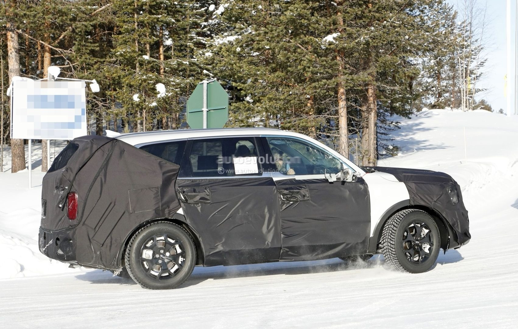 Spyshots: 2019 Kia Telluride SUV Is Out For Volkswagen Atlas Blood - autoevolution