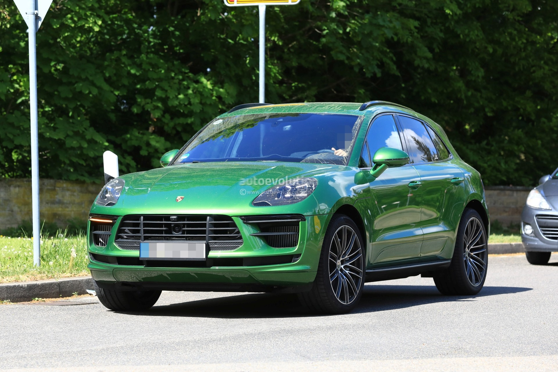 base porsche macan coming in 2014 with four cylinder. Black Bedroom Furniture Sets. Home Design Ideas