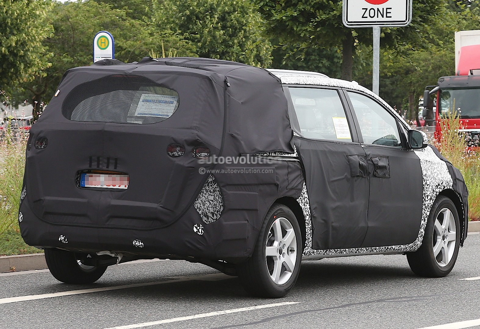 spyshots all new 2015 kia sedona carnival autoevolution. Black Bedroom Furniture Sets. Home Design Ideas