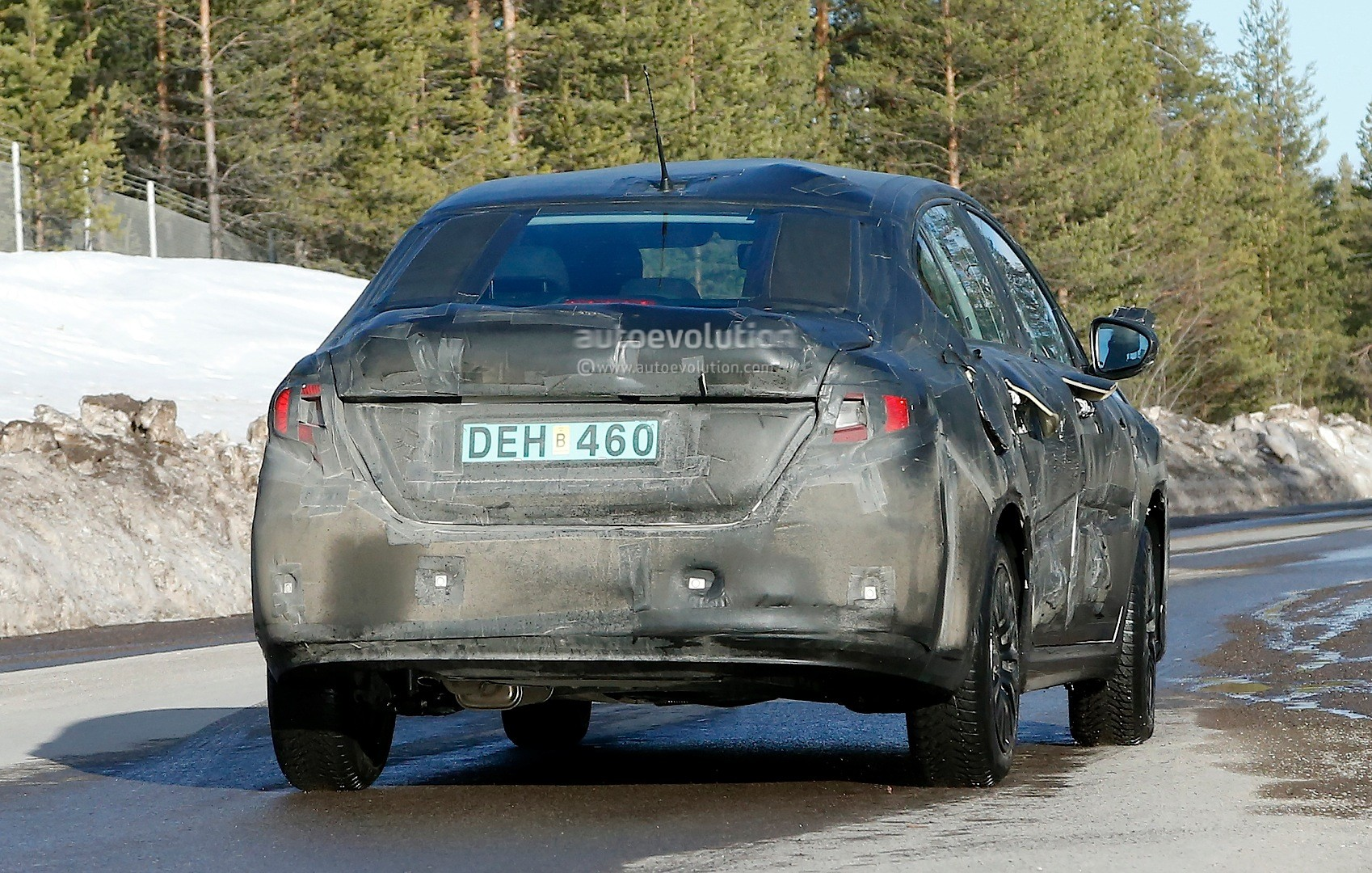 2015 - [Fiat] Tipo sedan Spyshots-all-new-2016-fiat-linea-compact-sedan-spotted-for-the-first-time_10