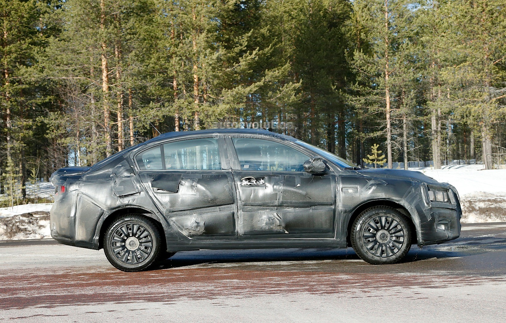 2015 - [Fiat] Tipo sedan Spyshots-all-new-2016-fiat-linea-compact-sedan-spotted-for-the-first-time_5